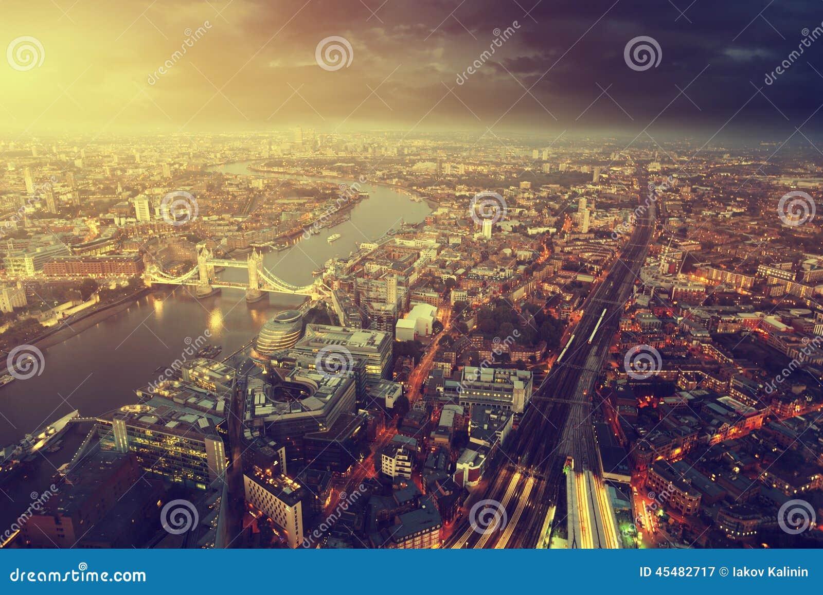 与塔桥梁的伦敦鸟瞰图