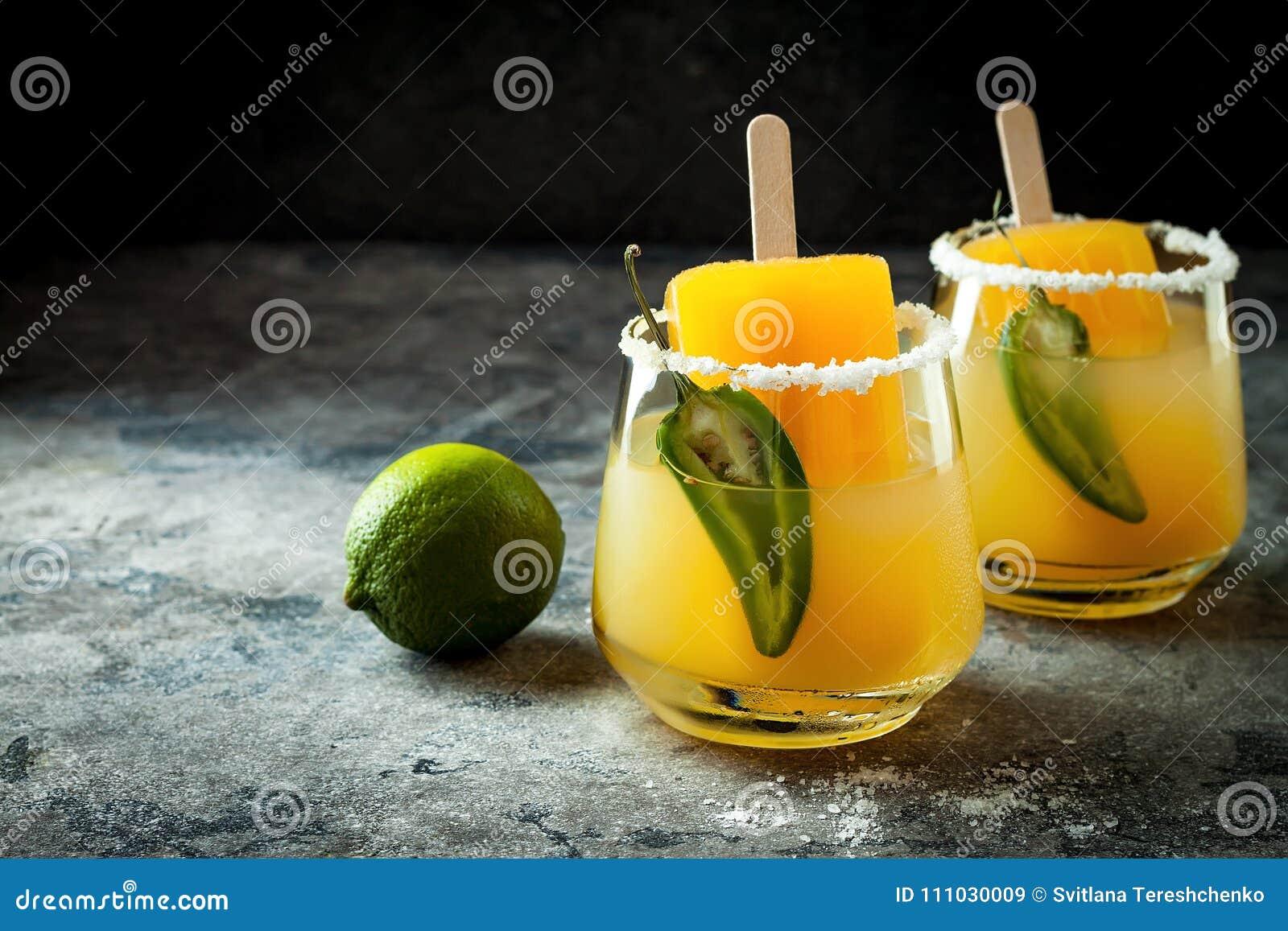 与墨西哥胡椒和石灰的辣芒果冰棍儿玛格丽塔酒鸡尾酒 Cinco de马约角党的墨西哥酒精饮料