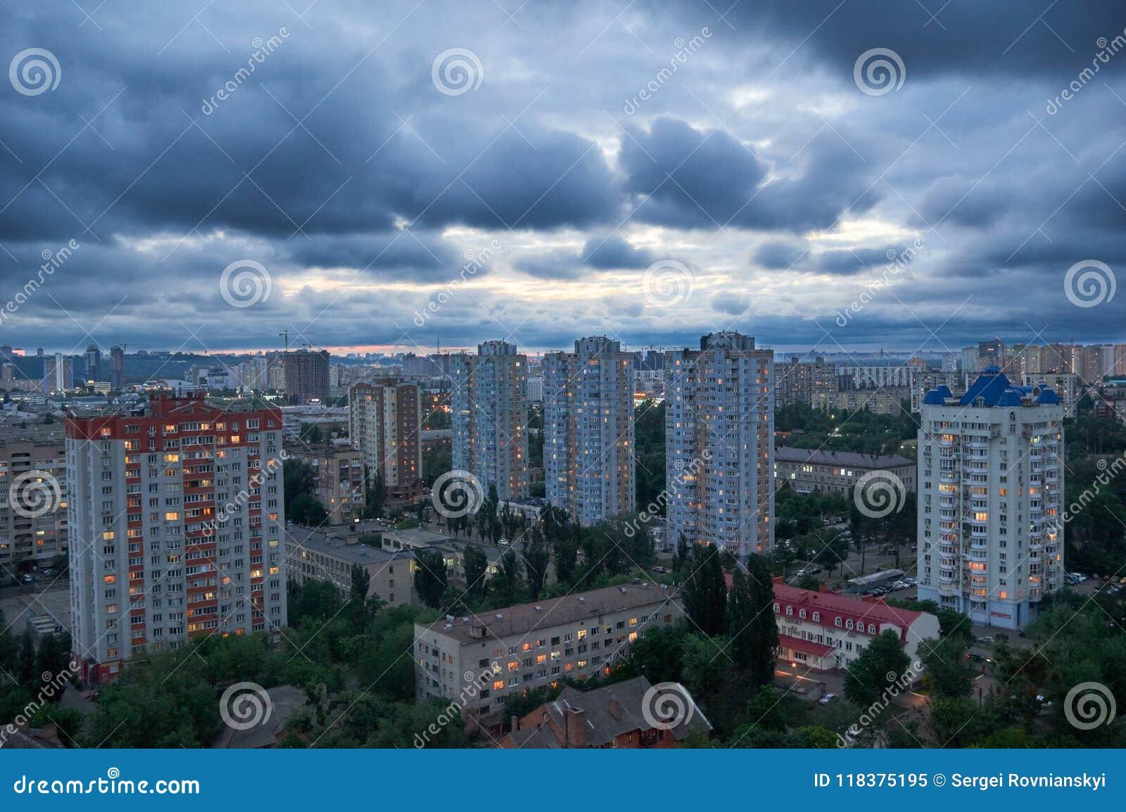与多云天空的美好的夜都市风景