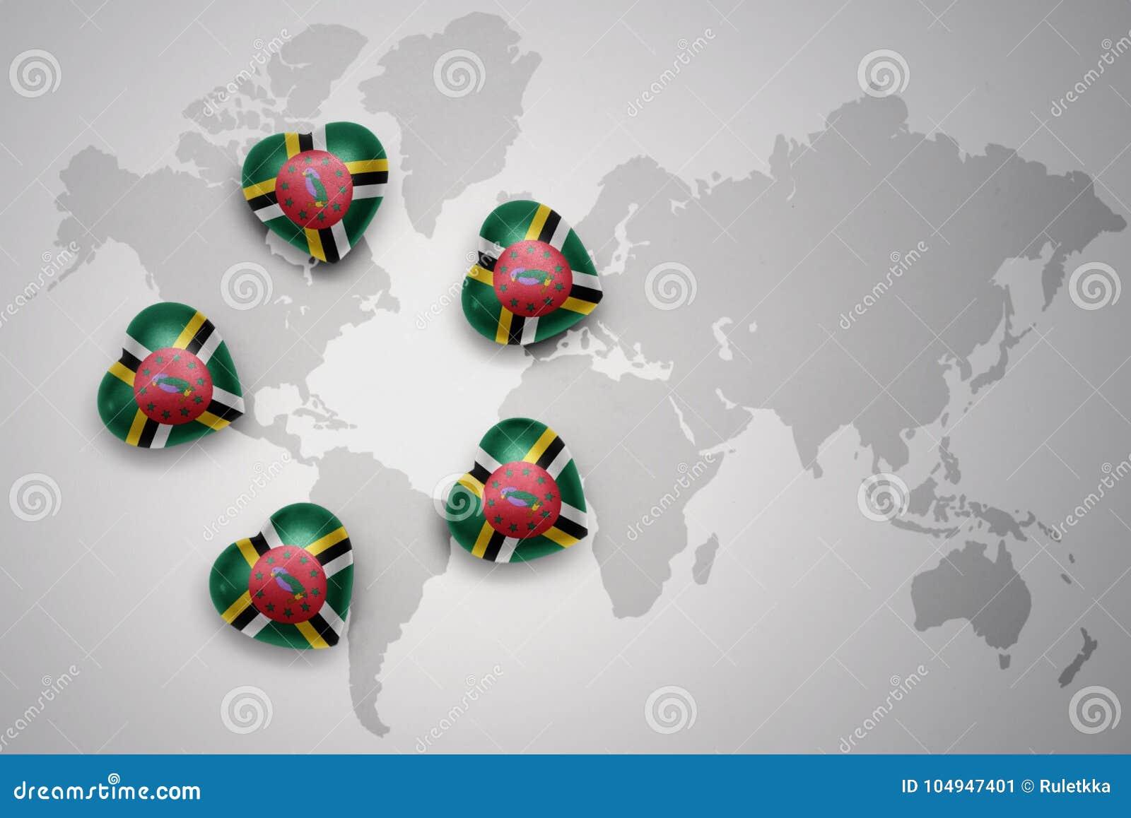 与多米尼加的国旗的五心脏世界地图背景的