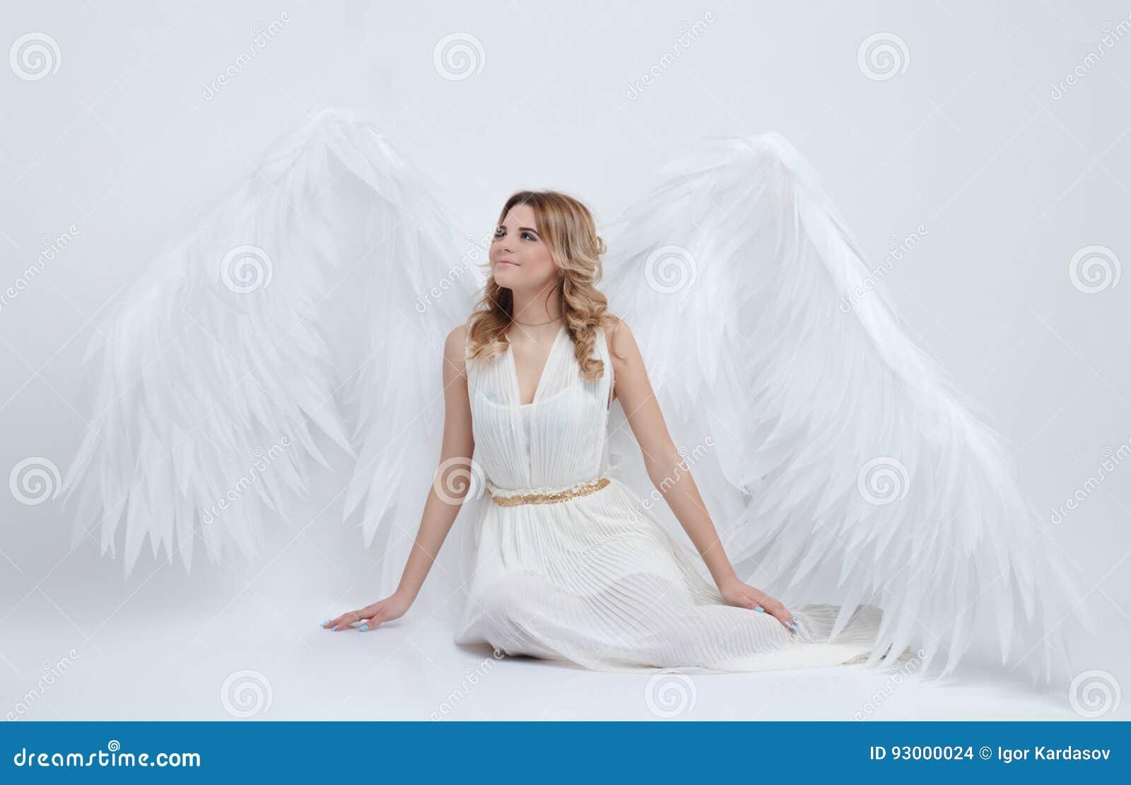 与大天使的美好的年轻模型在演播室飞过坐