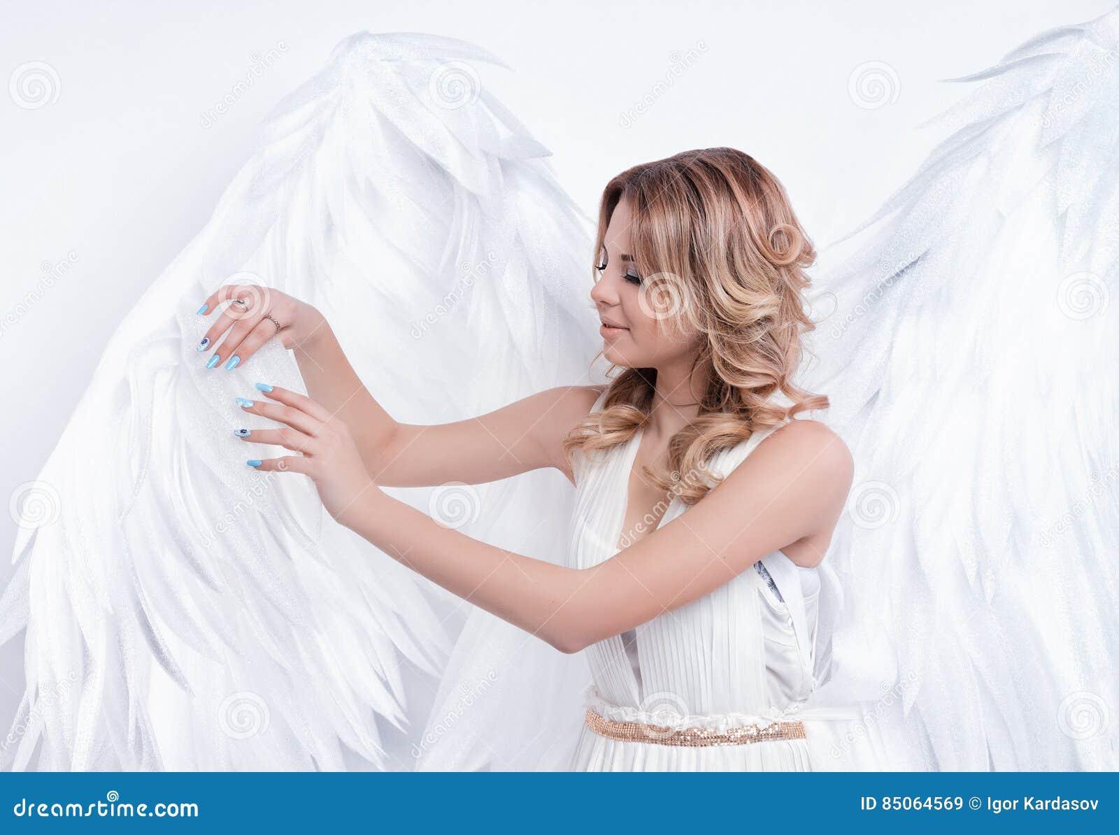 与大天使的美好的年轻模型飞过摆在