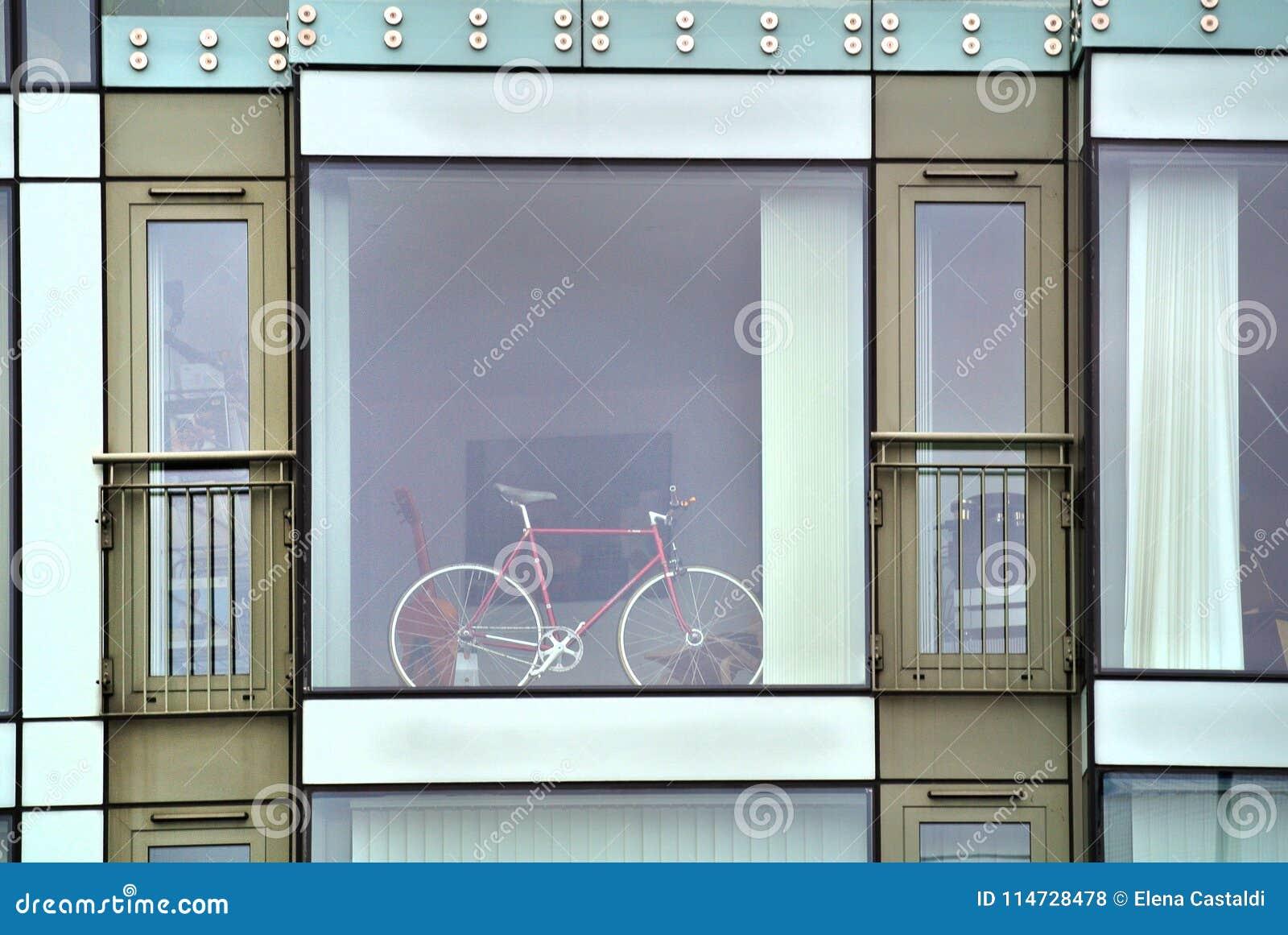 与大窗口和自行车的现代大厦门面,