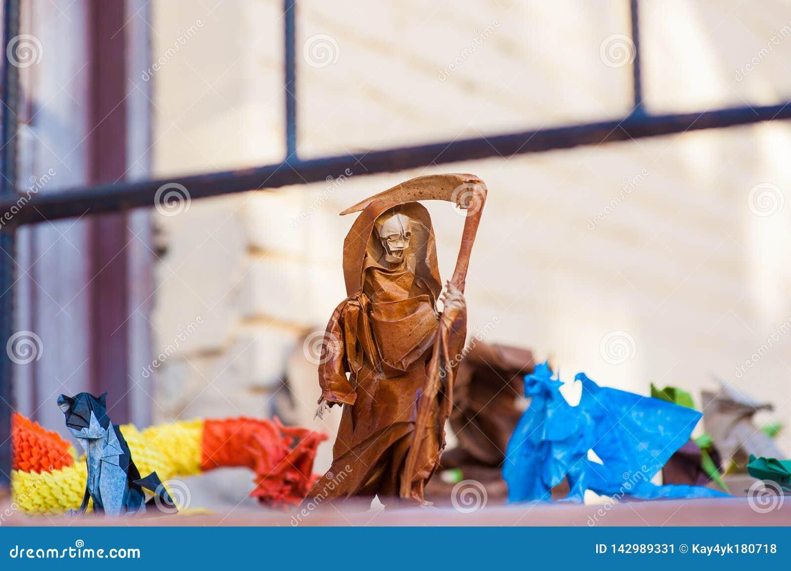 与大镰刀纸的死亡,有大镰刀的origami老妇人