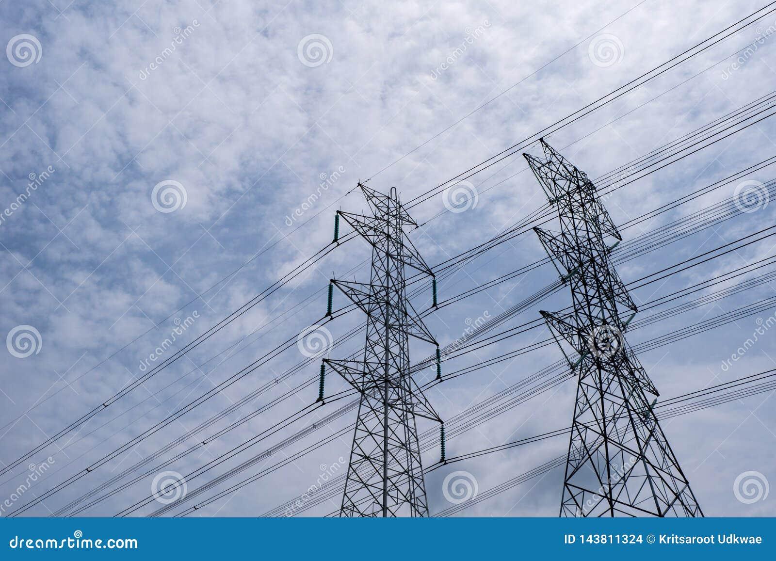 与天空蔚蓝和云彩的高压塔