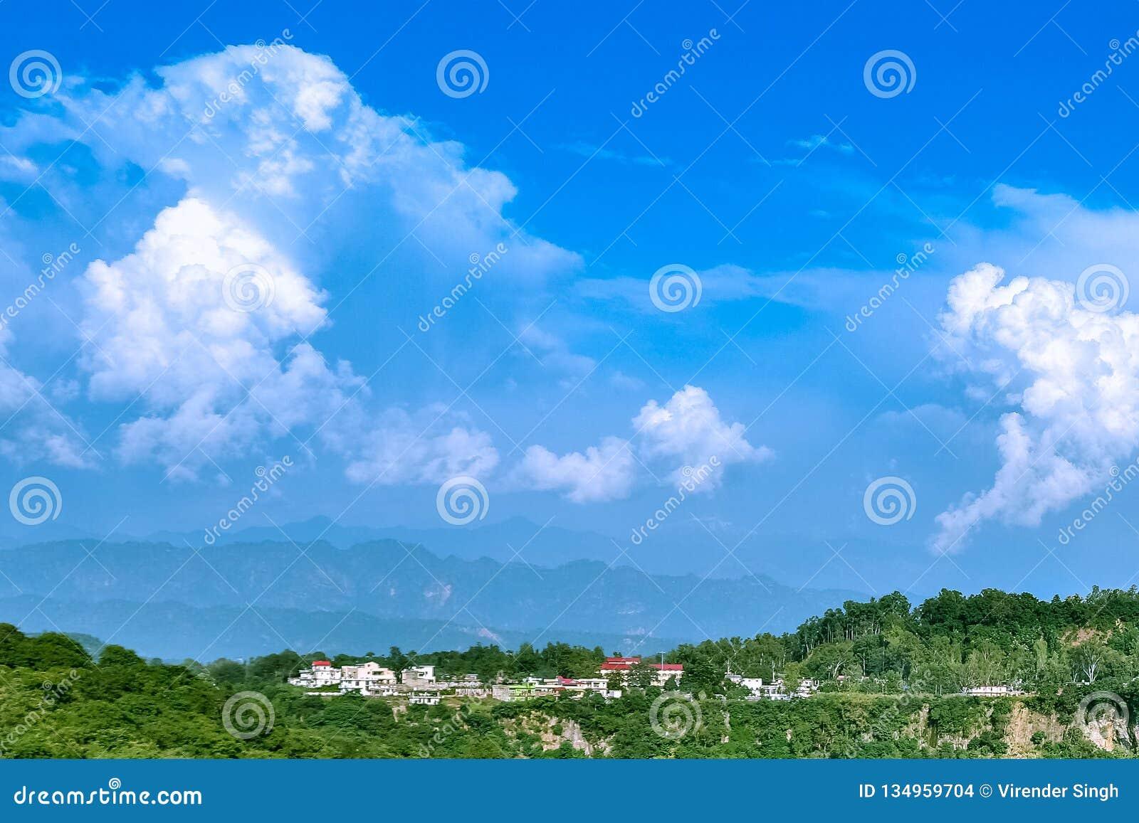 与天空蔚蓝和令人惊讶的白色云彩的凉快的风景