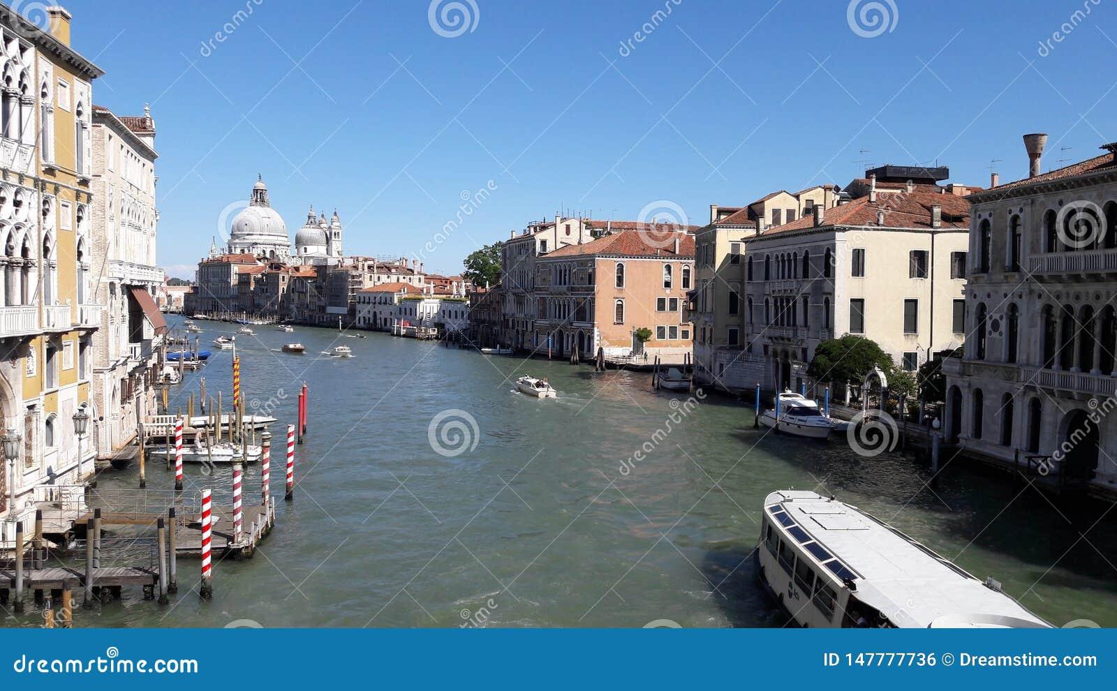 与天空蔚蓝的威尼斯风景