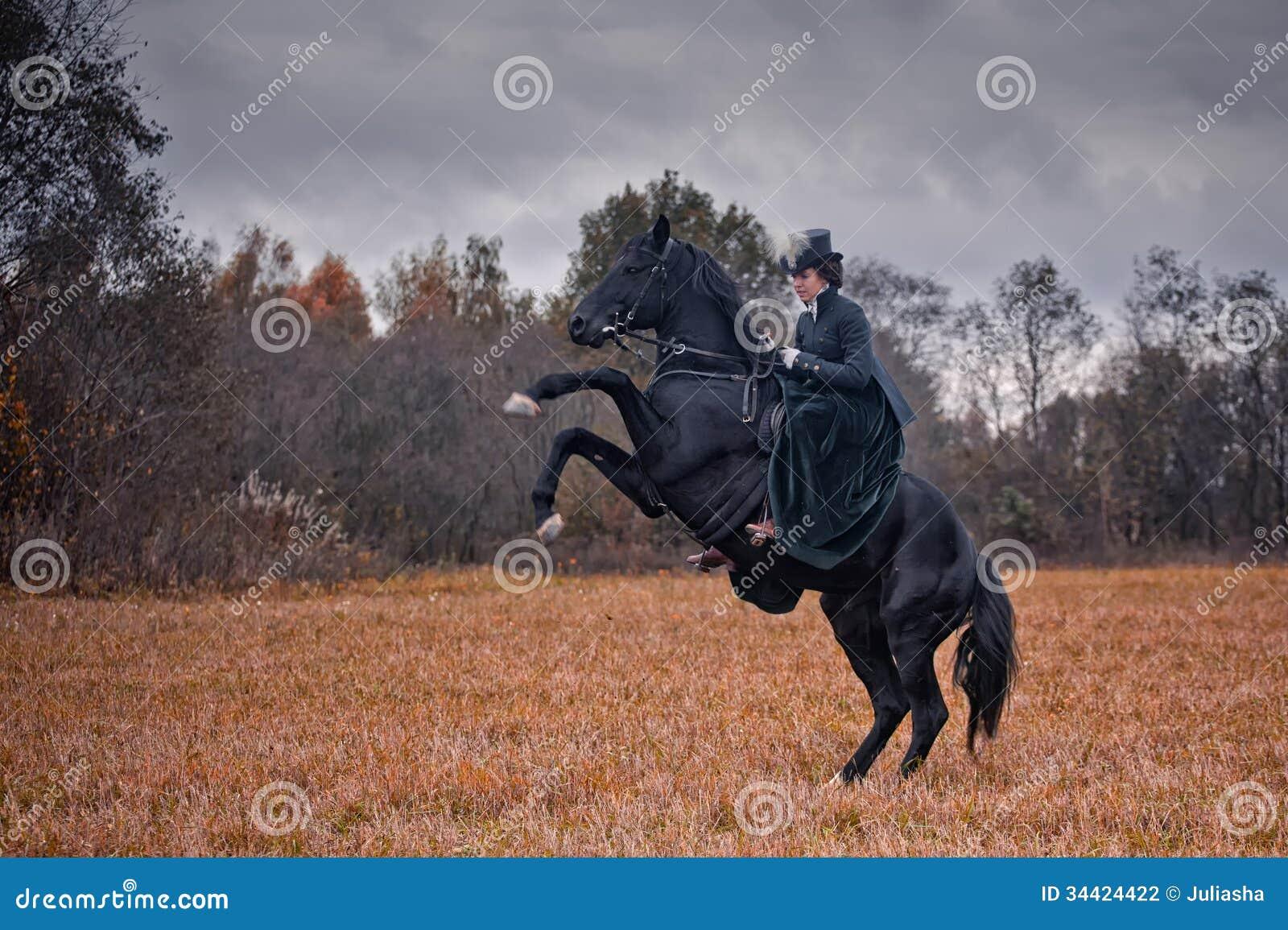 av马交_与夫人的马狩猎女骑装的 图库摄影片