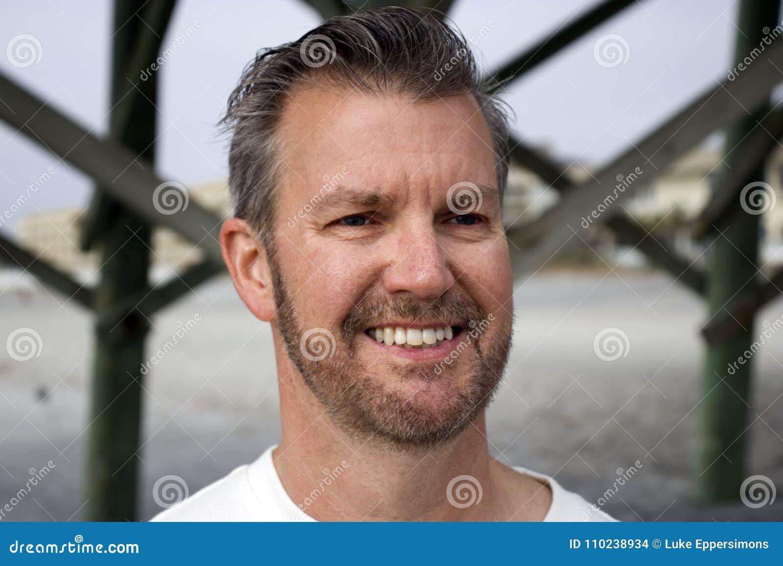 与头sl的愚蠢海滩南卡罗来纳、2018年2月17日-白色男性顶头射击与短的被整理的胡子和梳的头发