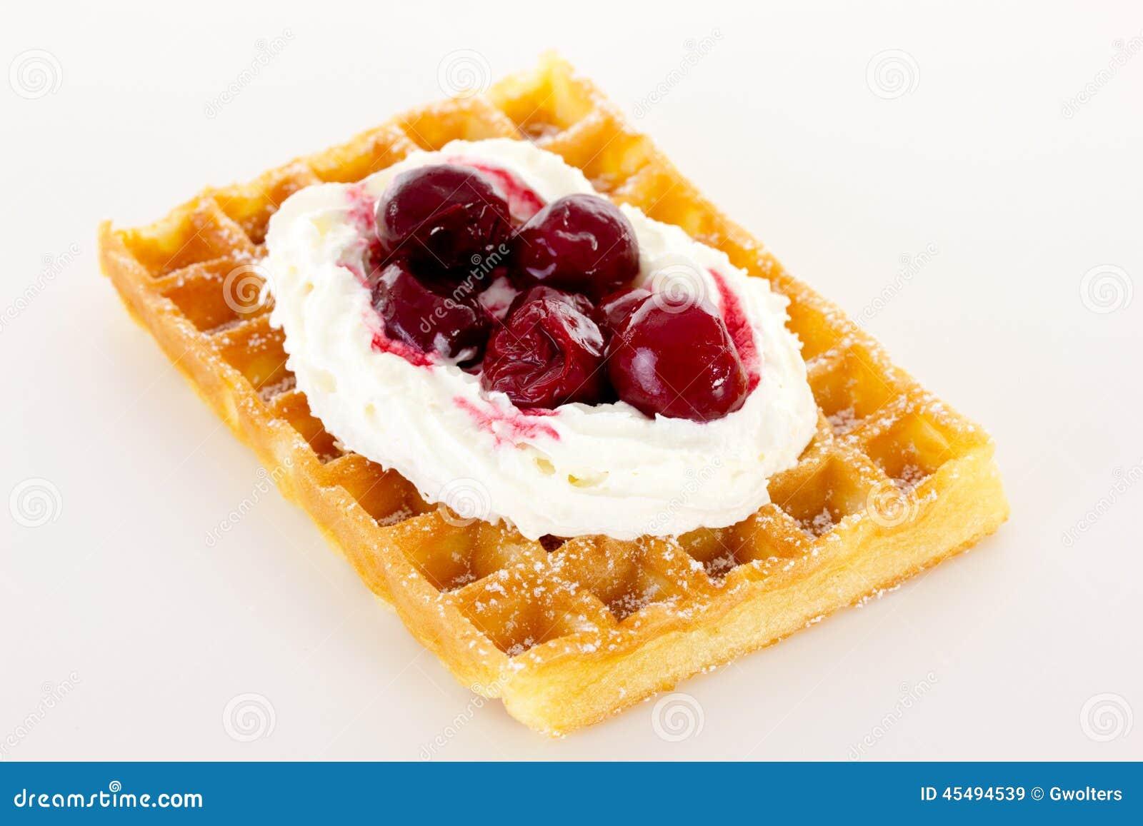 与奶油和樱桃的奶蛋烘饼