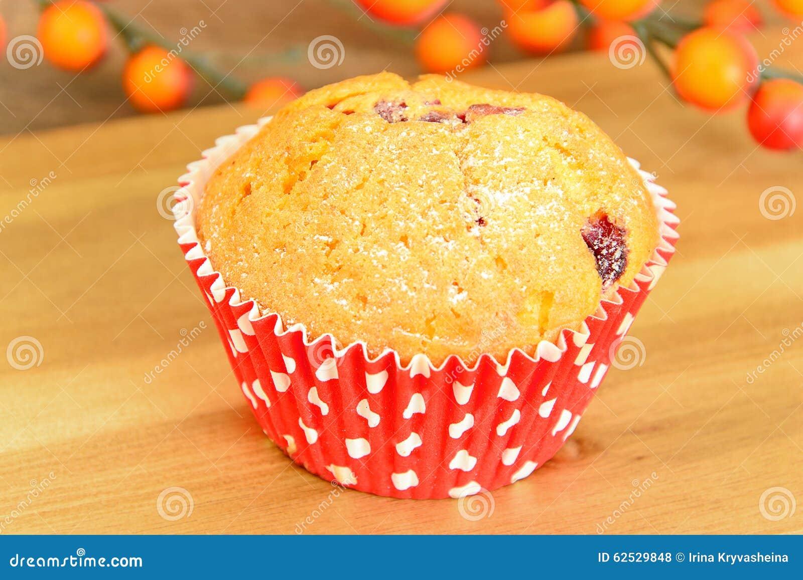 与奶油,在木背景的杯形蛋糕的蛋糕