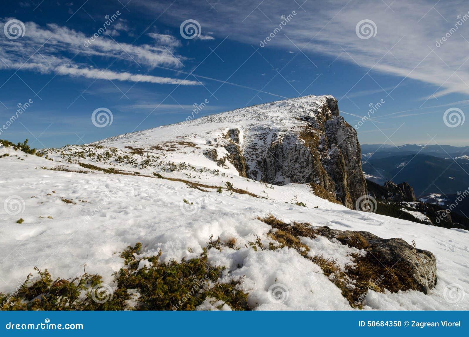 Download 与孤立旅客的山风景 库存照片. 图片 包括有 冬天, 多雪, 峰顶, 季节, 记录, 室外, 云彩, 蓝色 - 50684350
