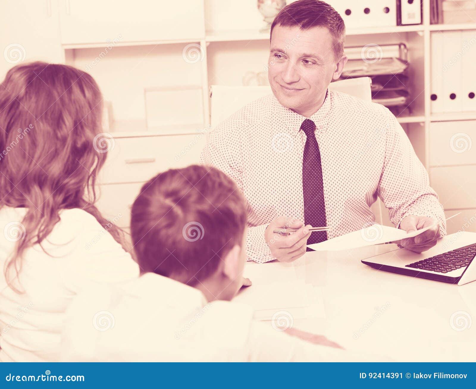 与学校校长的咨询