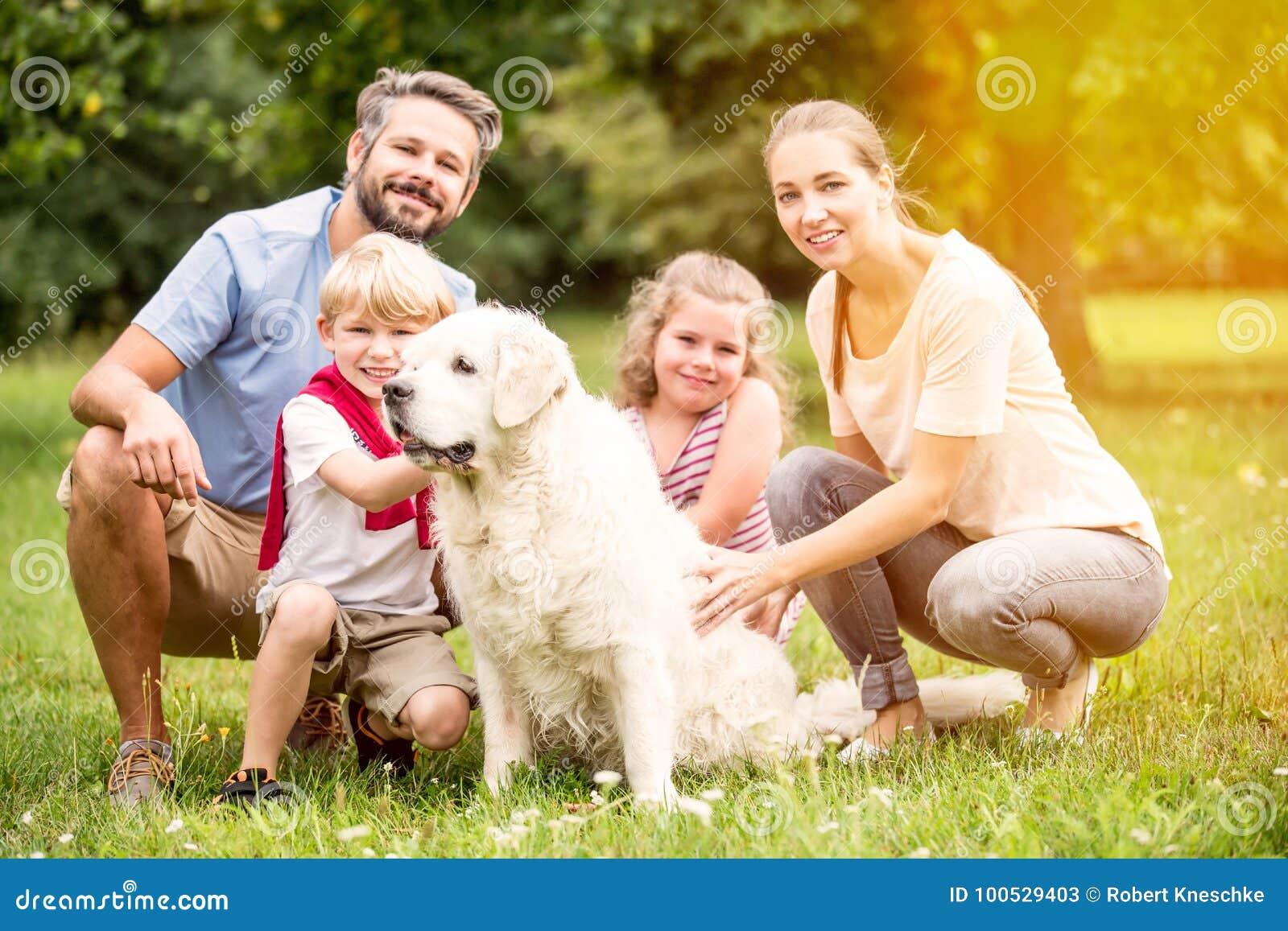 与孩子和狗的家庭