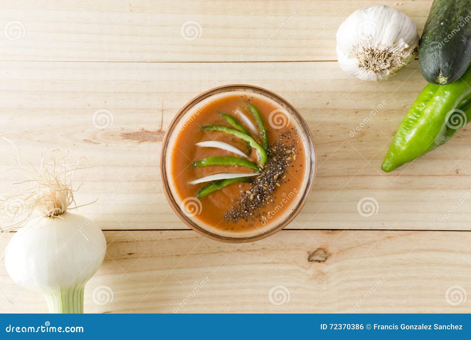 与它的成份的安达卢西亚的gazpacho