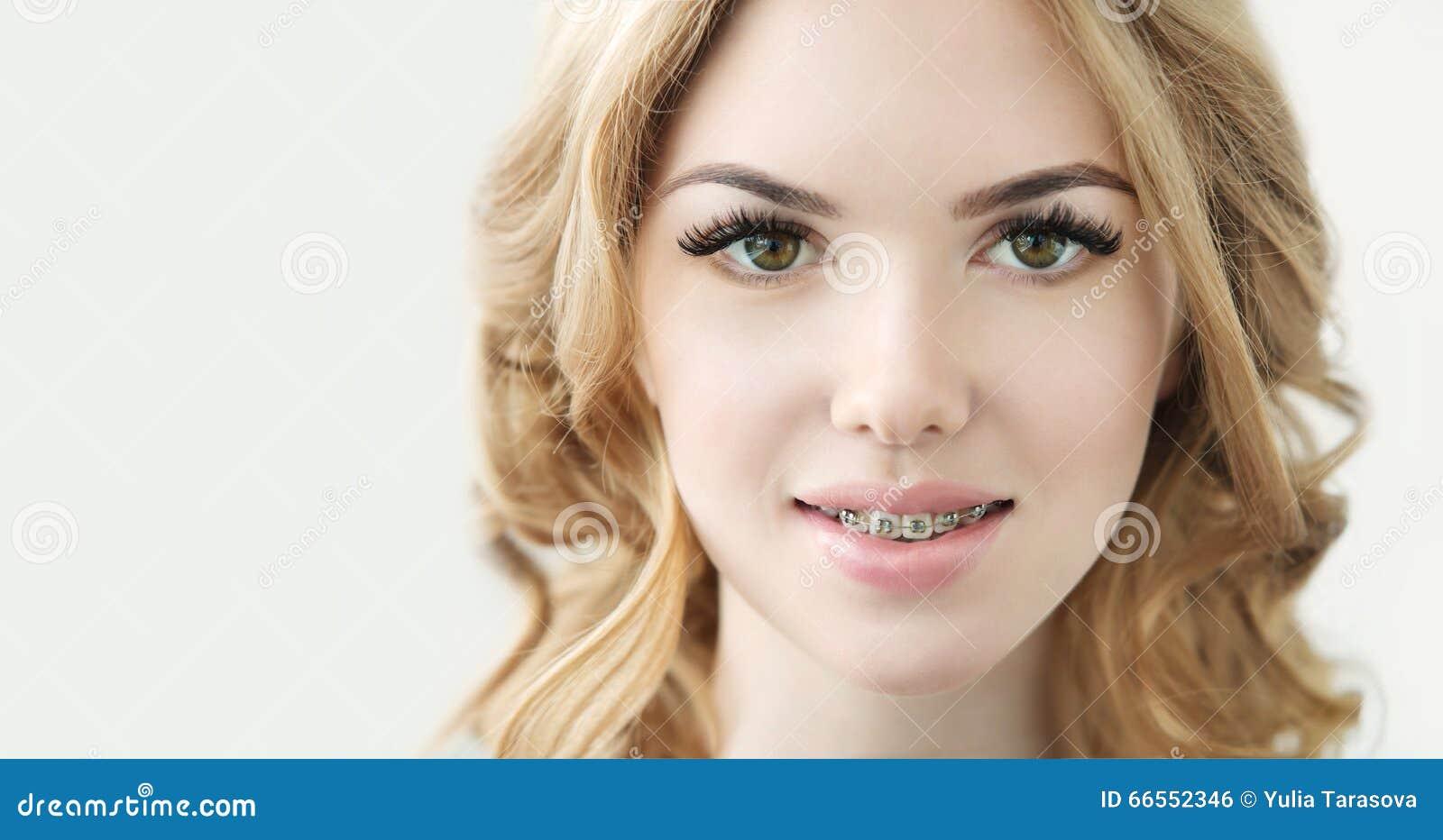 与完善的新鲜的皮肤、长的睫毛和牙的秀丽模型
