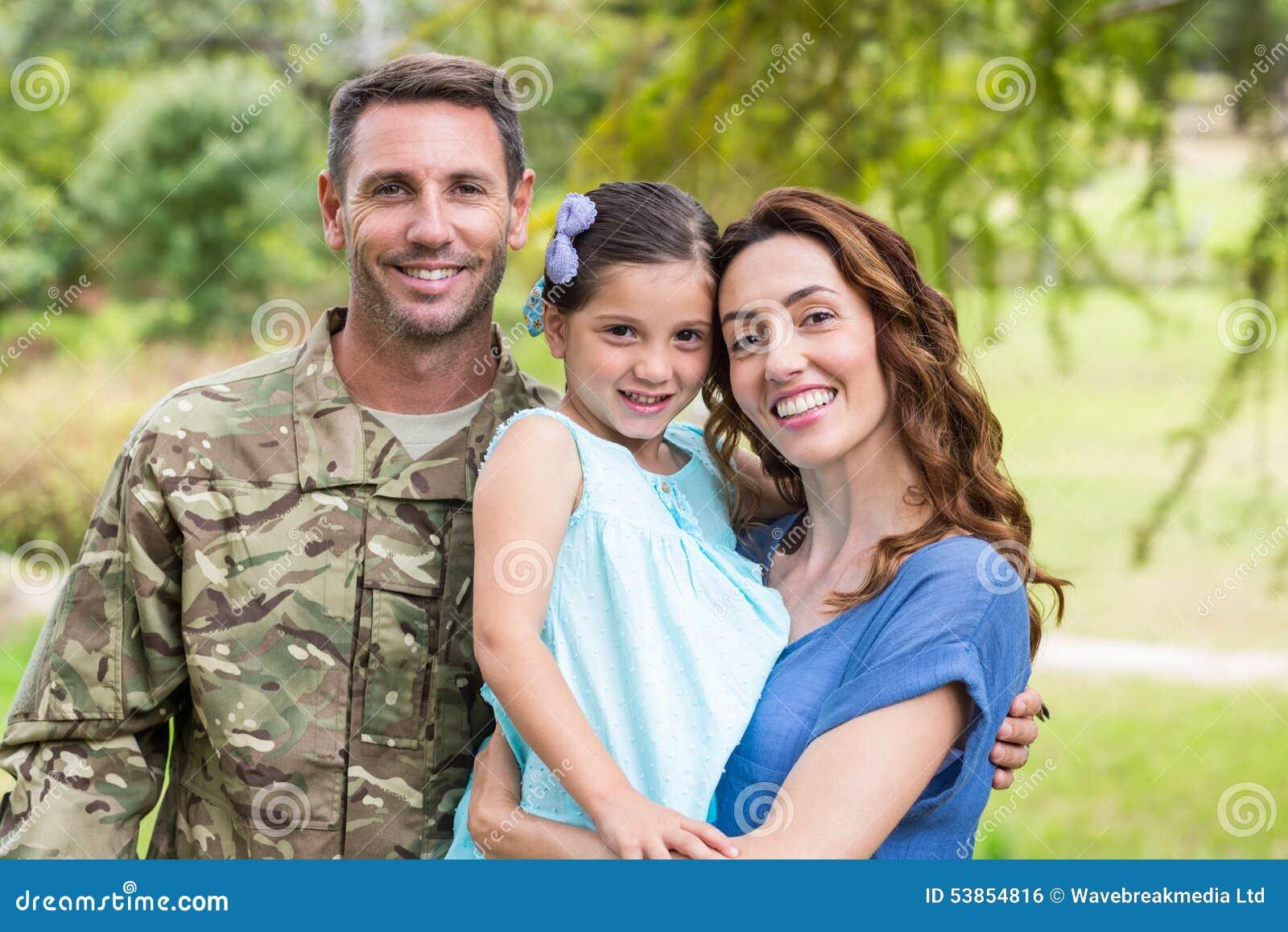 与家庭团聚的英俊的战士