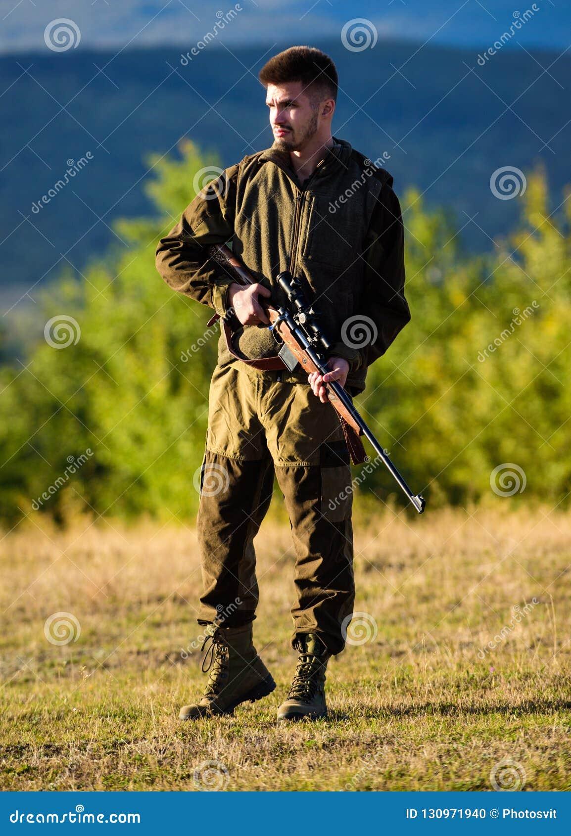 与寻找动物的步枪的猎人 狩猎射击战利品 寻找单独过程的精神准备 人
