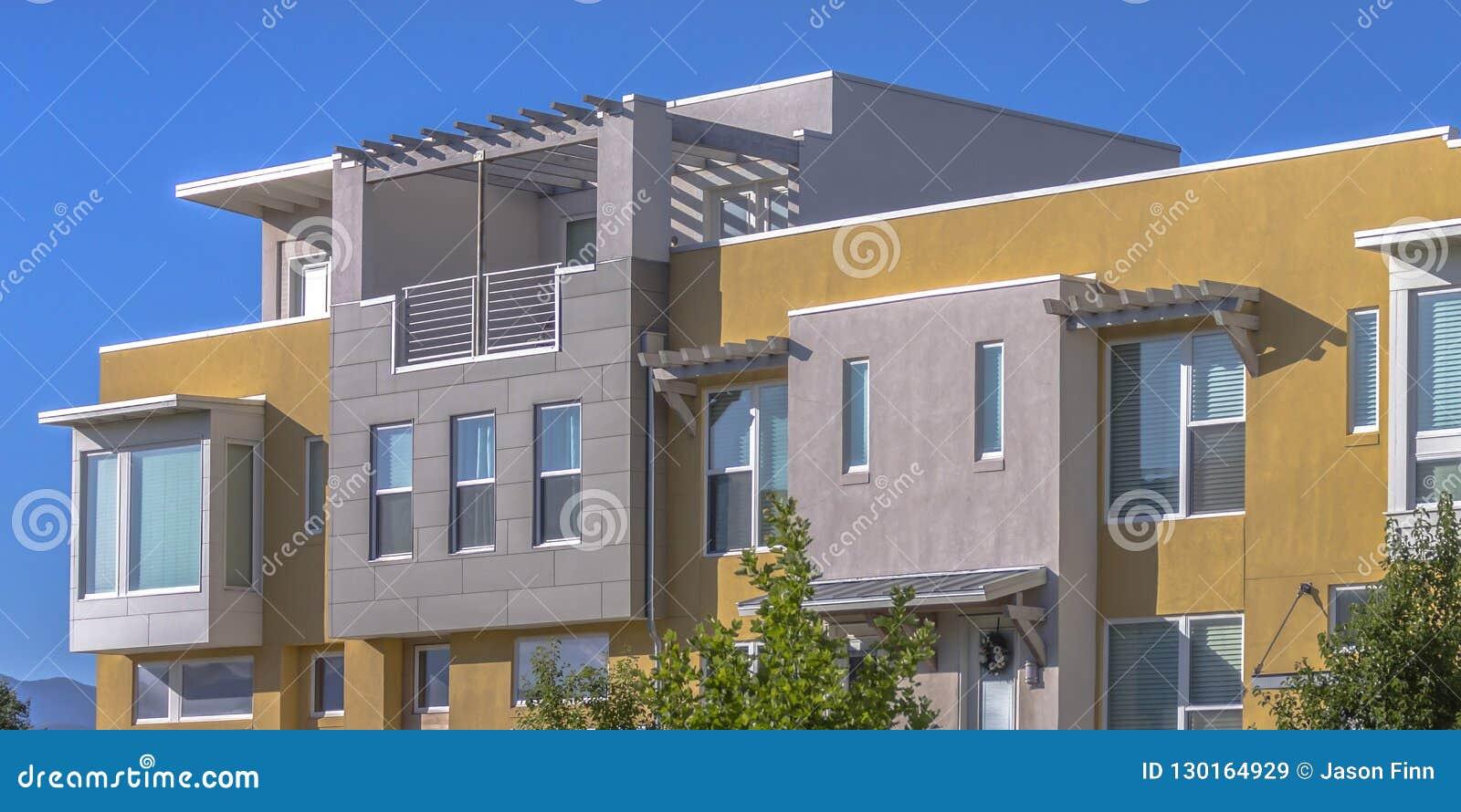 与屋顶平台的现代连栋房屋在破晓犹他