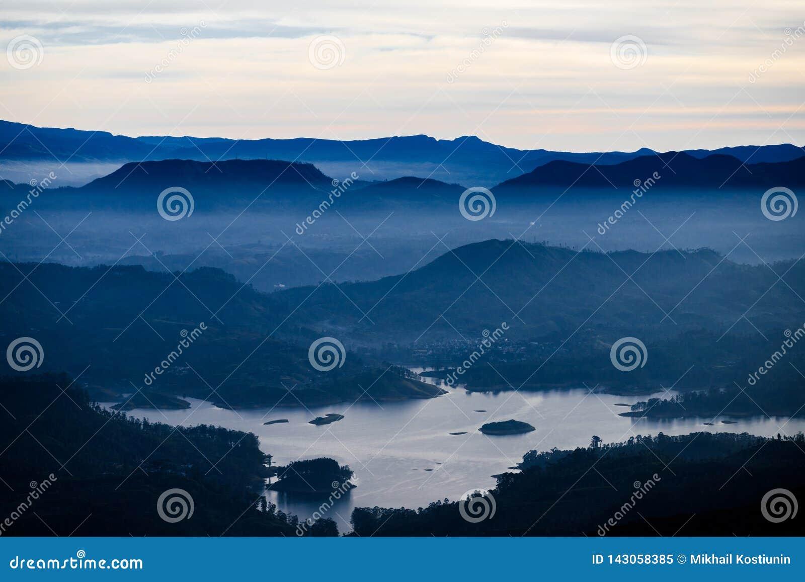 与山、湖和早晨雾的蓝色风景 多云sunrice