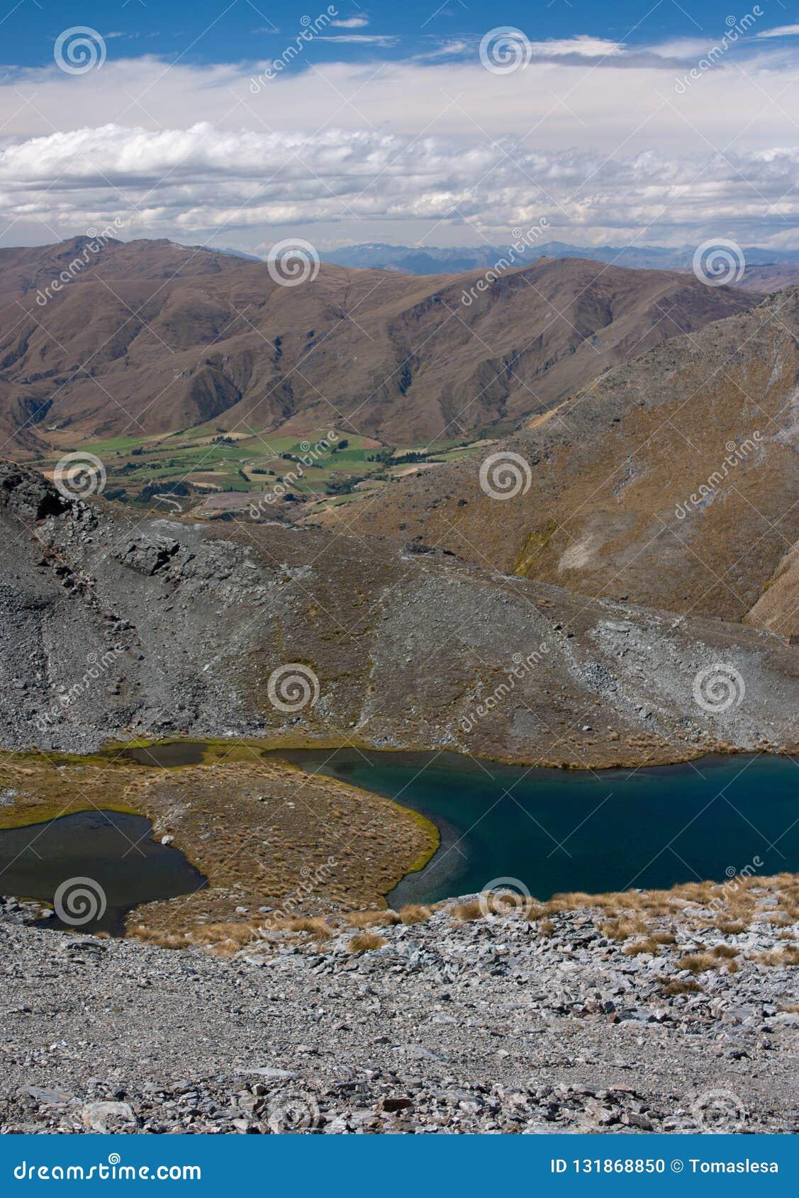 与山和一个湖的一个风景在昆斯敦附近的Remarkables滑雪场顶部在新西兰