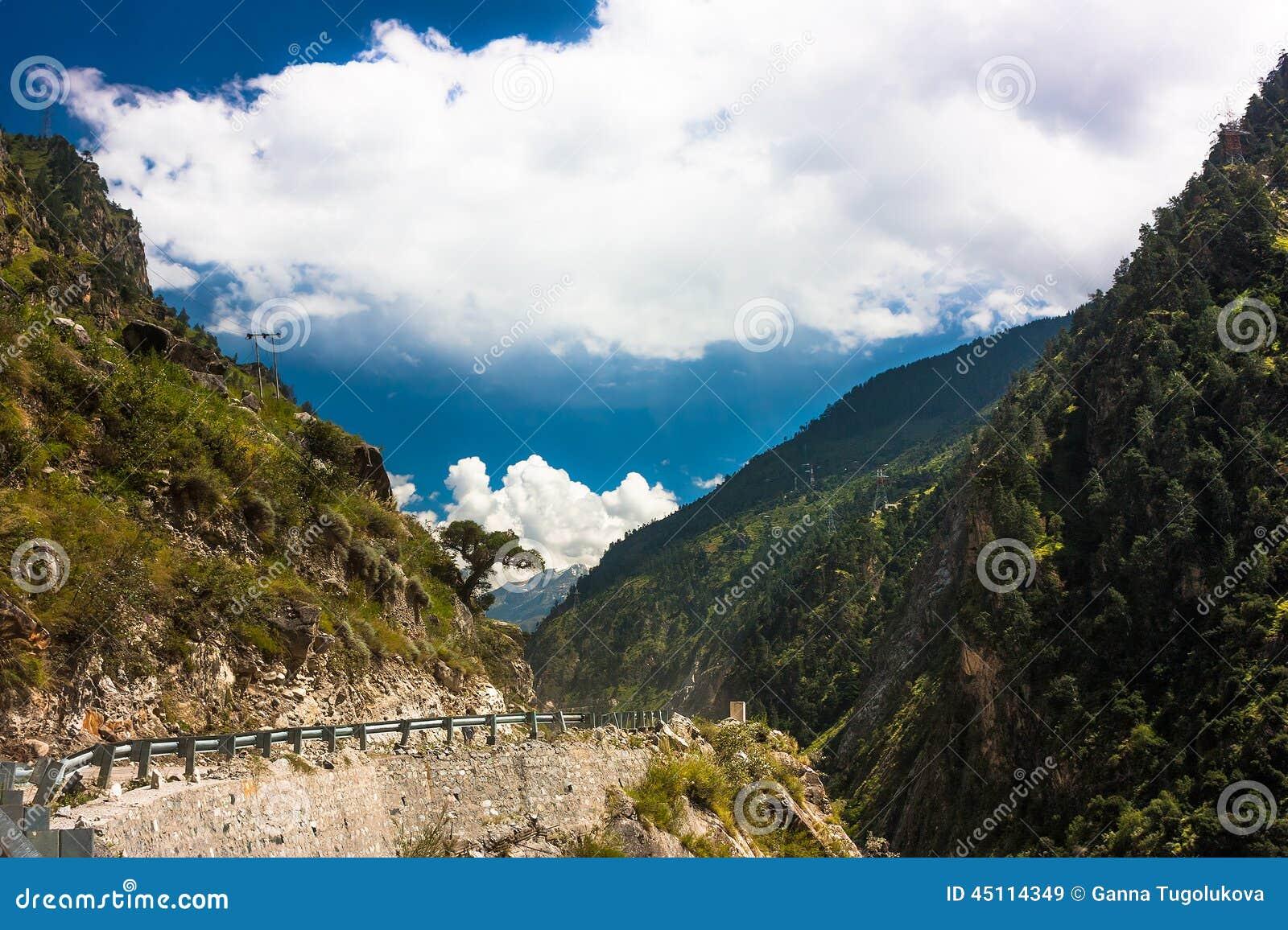 manali-leh路在印地安喜马拉雅山,查谟和克什米尔状态,北部印度.