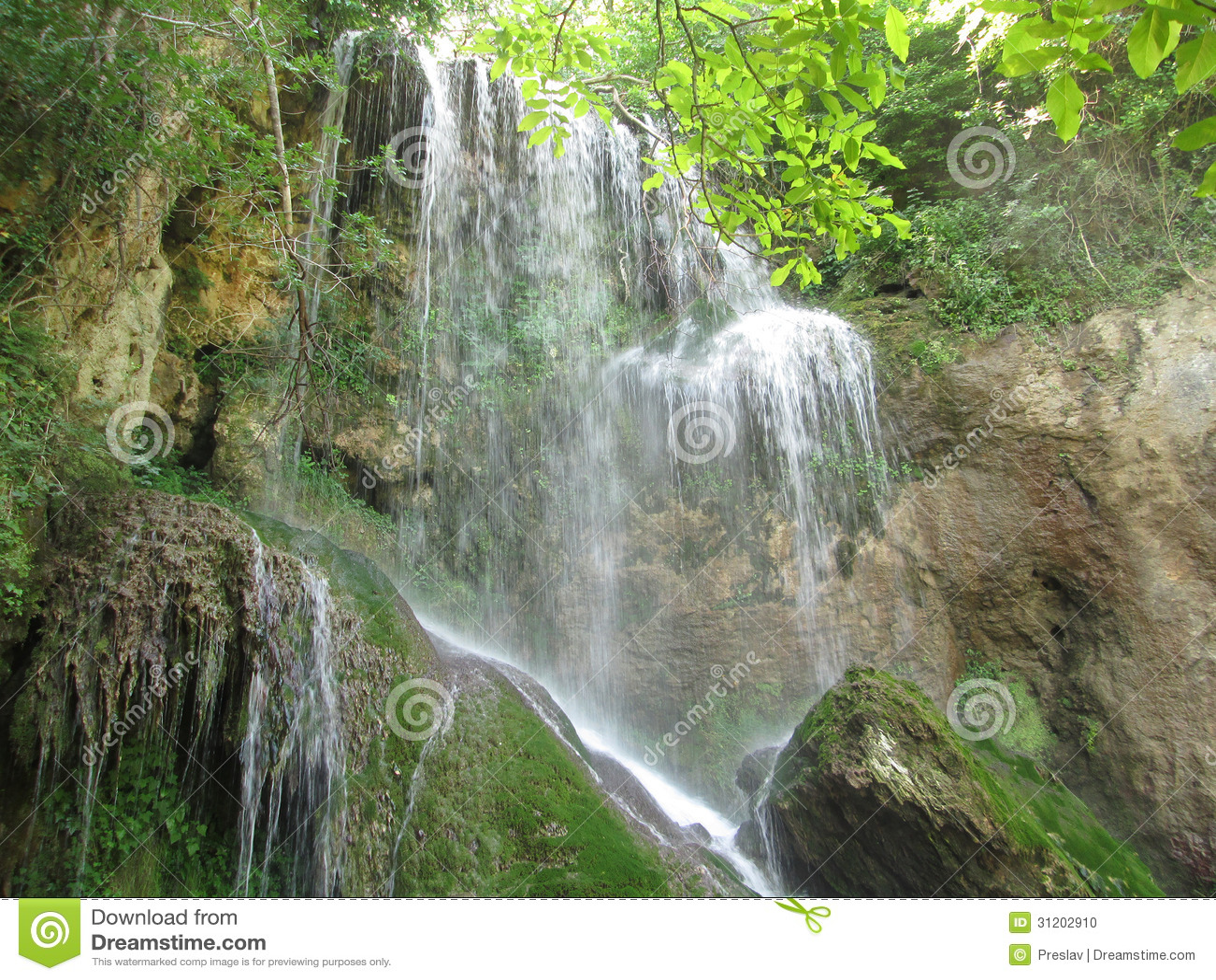 与岩石的Krushuna瀑布
