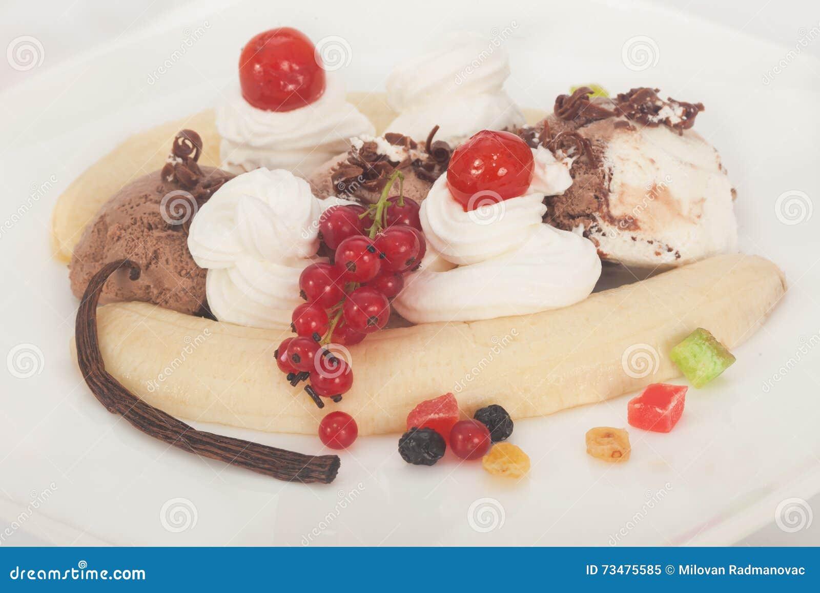 与巧克力毛毛雨的热带香蕉半剖条