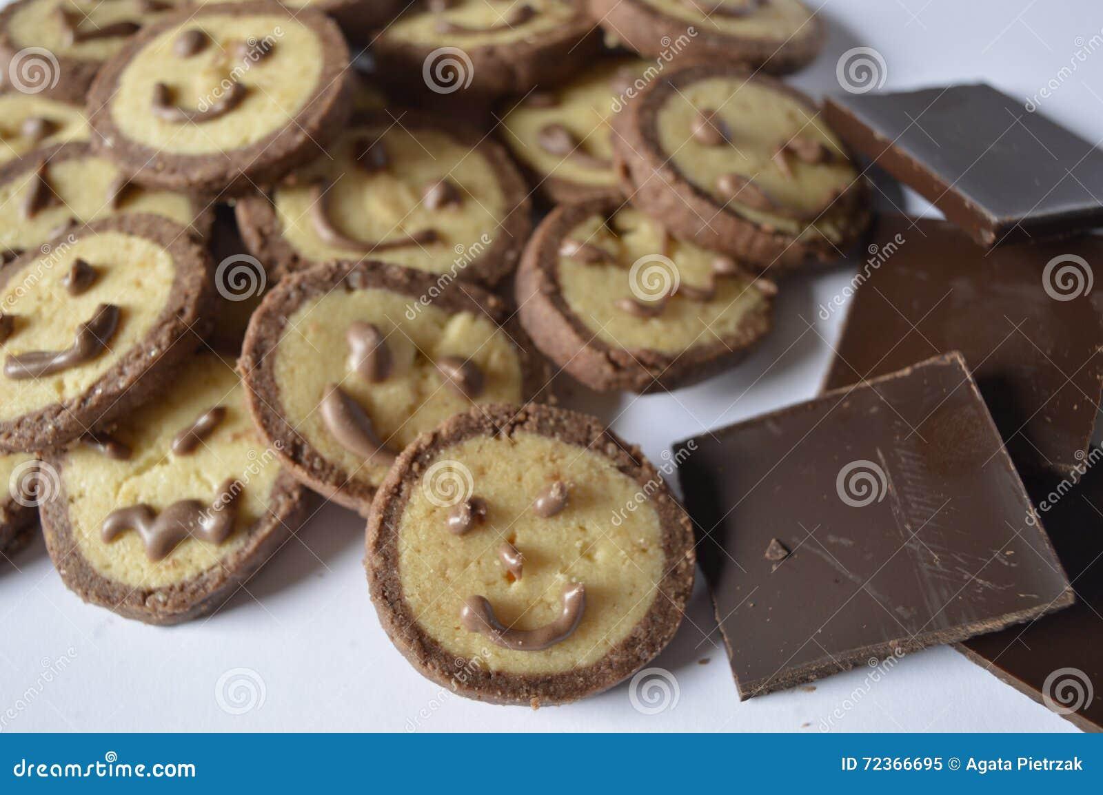 与巧克力面孔的曲奇饼,与巧克力微笑