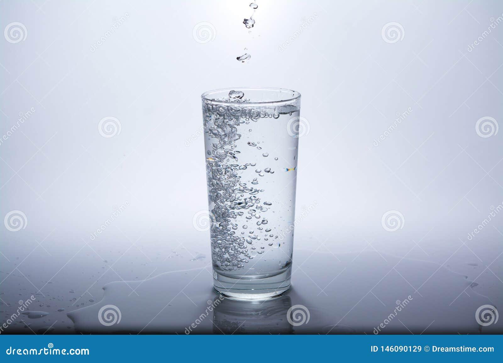 与干净的饮用水的透明玻璃