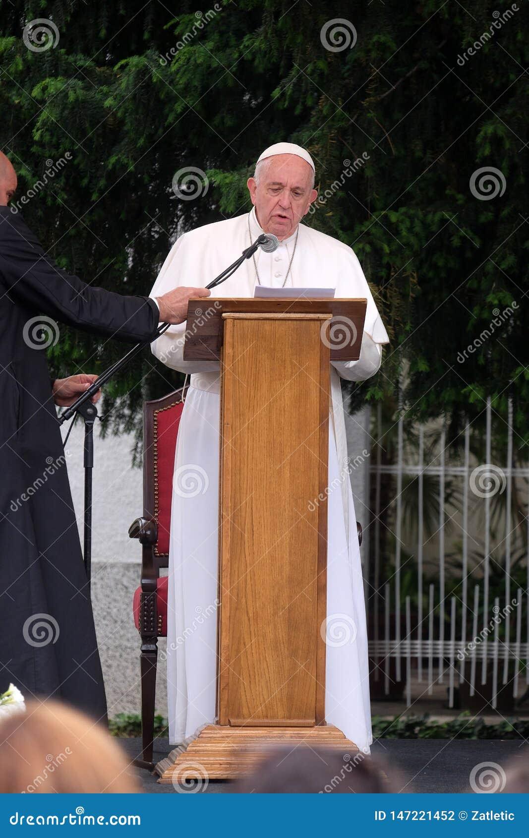 与年轻人的教皇方济各会谈在大教堂前面在斯科普里