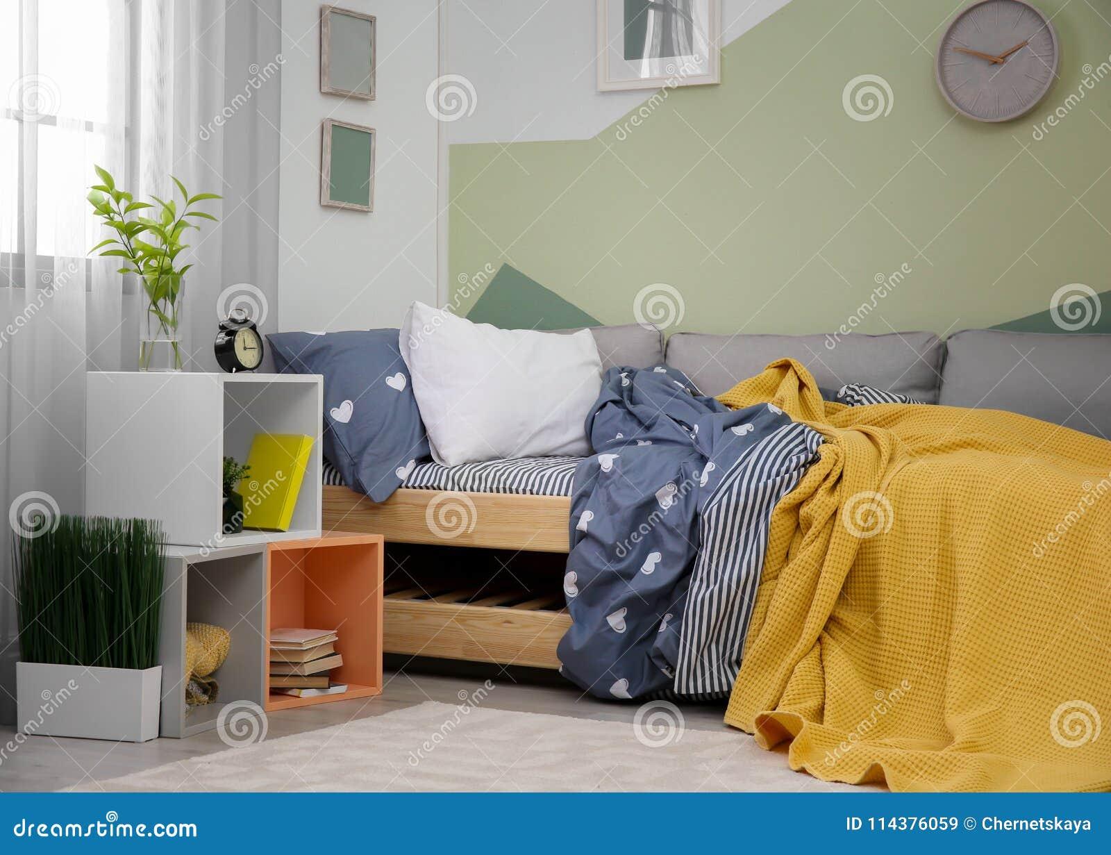 与床的现代儿童居室内部