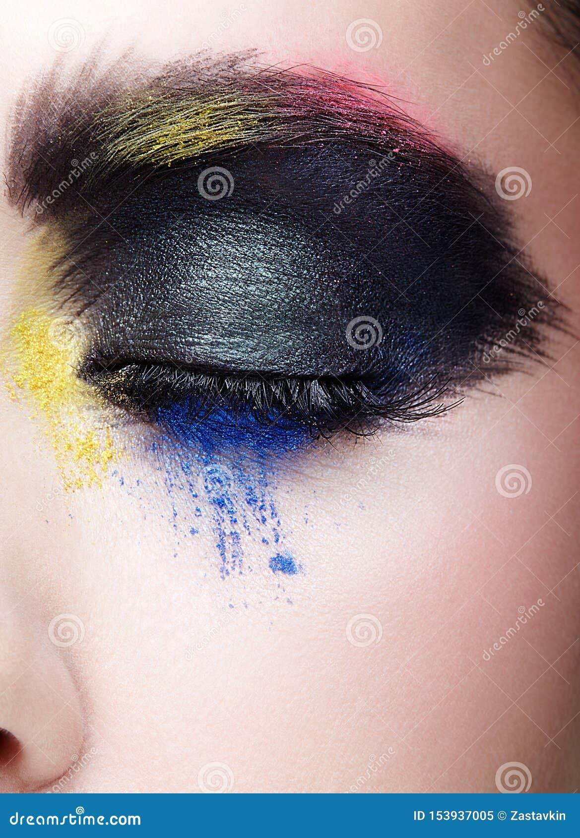 与异常的艺术性的绘的构成的女性闭合的眼睛