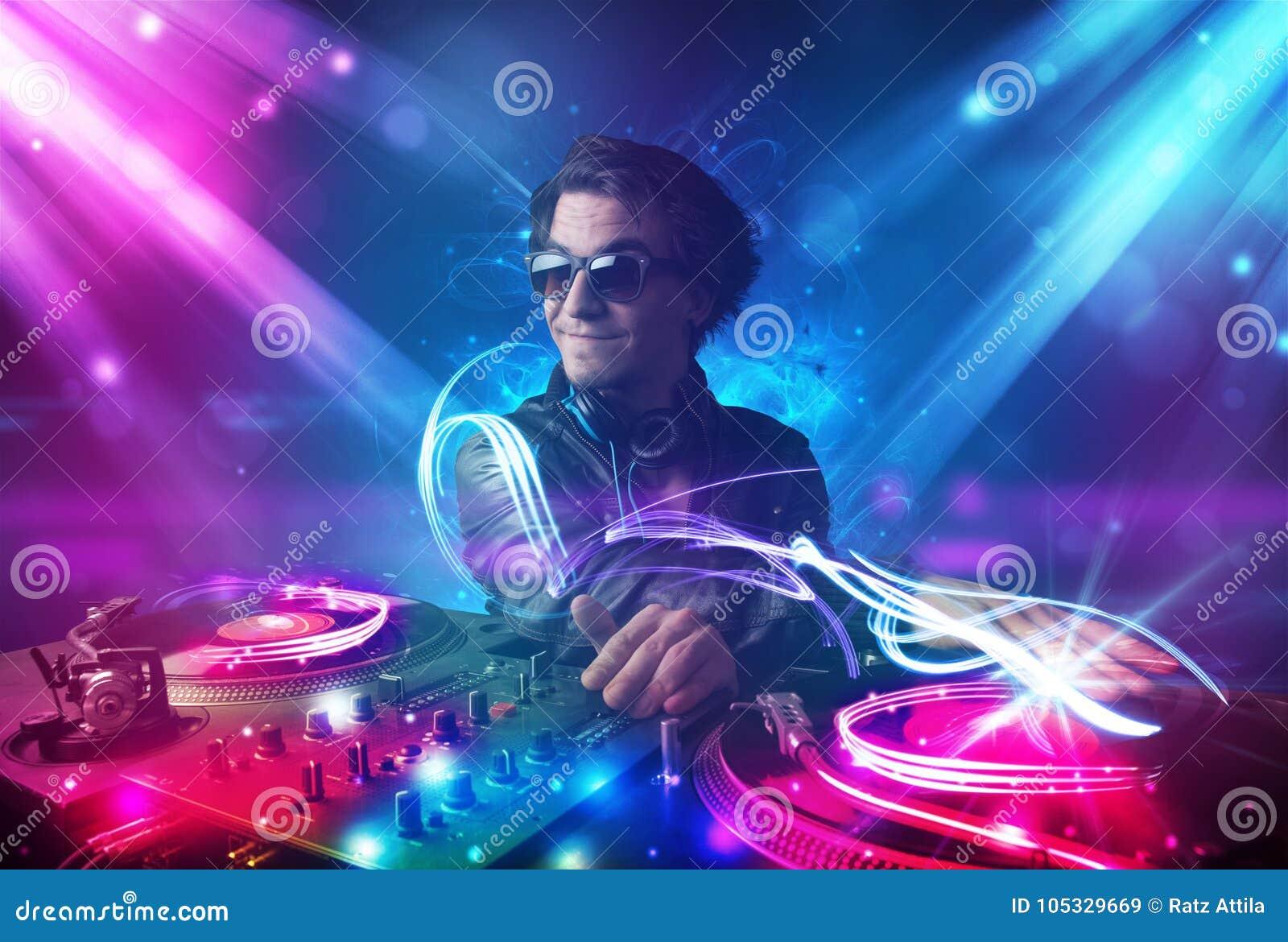 与强有力的光线影响的精力充沛的Dj混合的音乐
