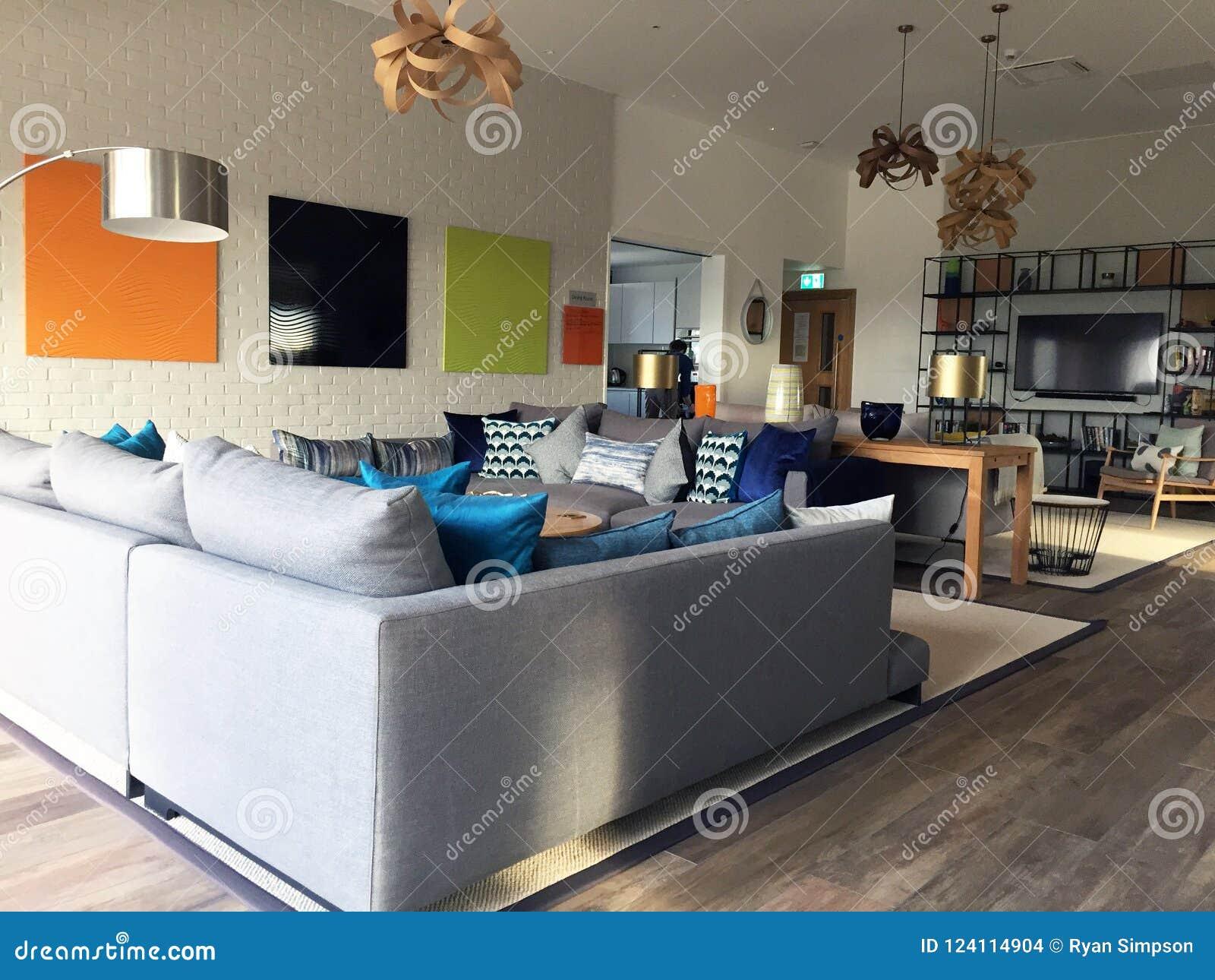 与当代家具的现代休息室区域风景
