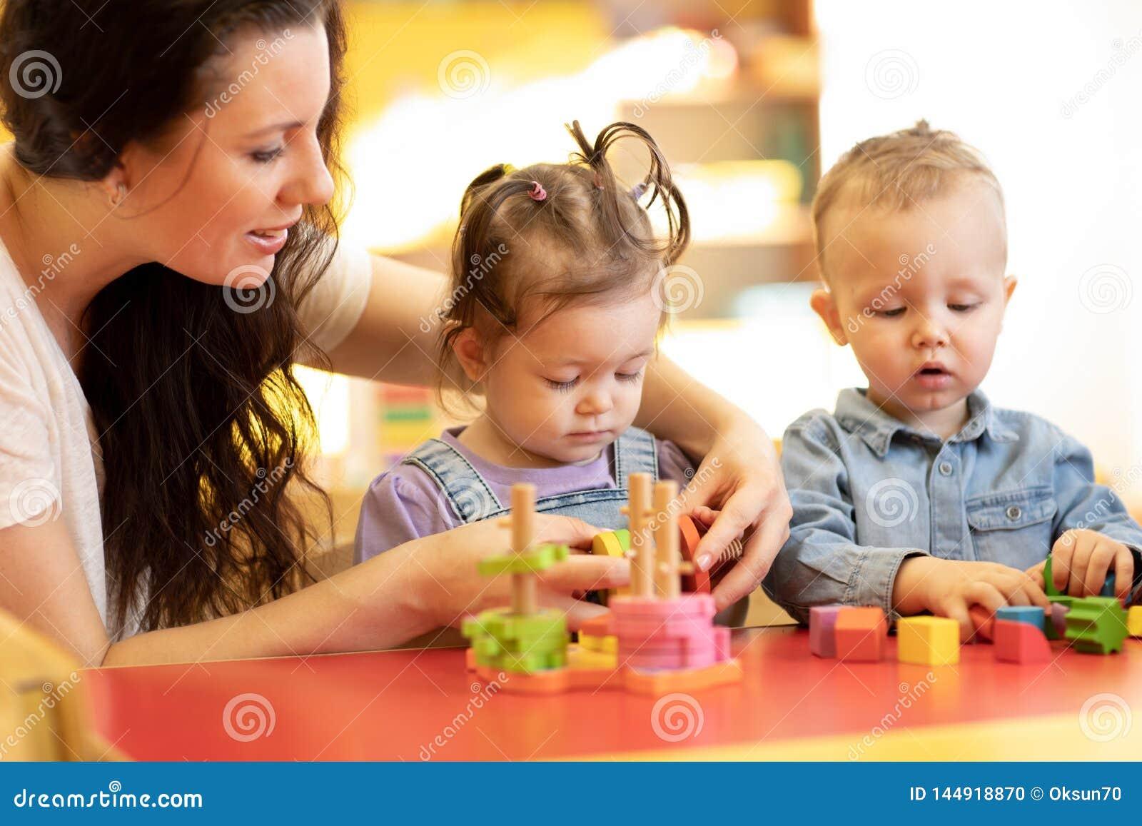 与形状和五颜六色的木难题的儿童游戏在montessori教室