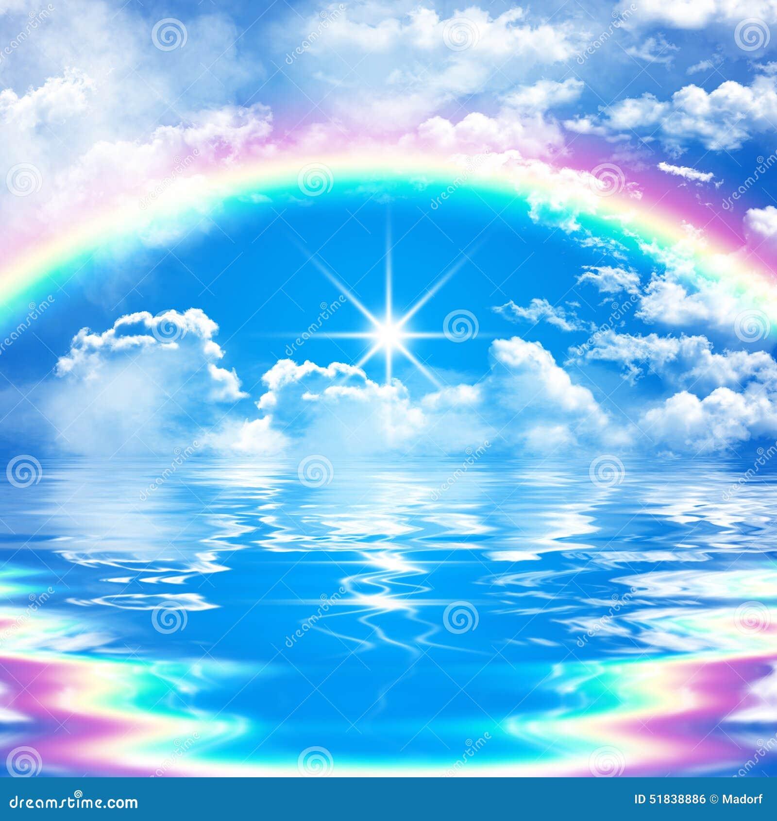 与彩虹的浪漫和平安的海景场面在多云蓝天
