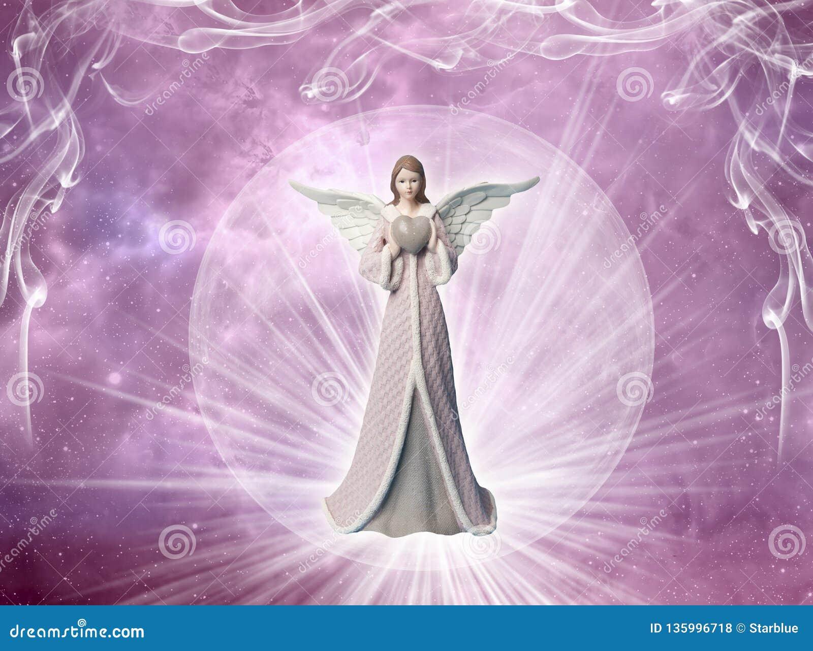 与心脏和光的桃红色天使天使象爱、和平和信仰概念的