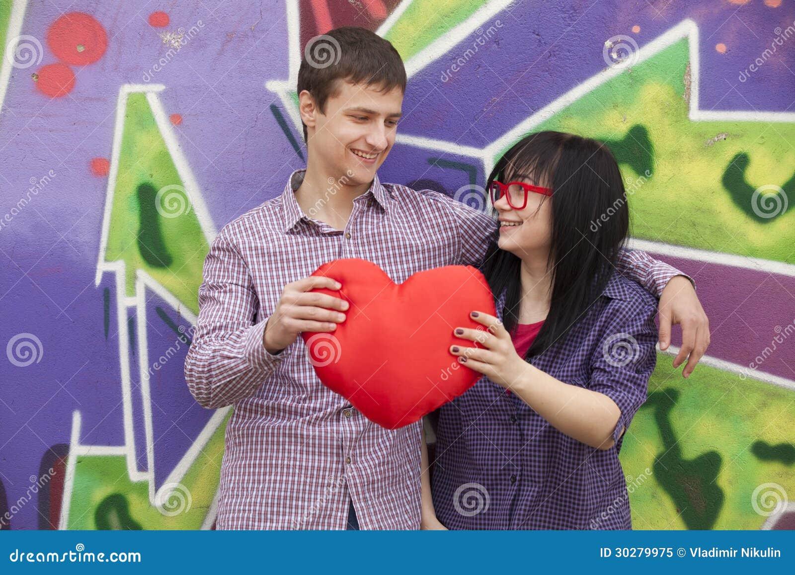 与心脏的十几岁在街道画墙壁附近。