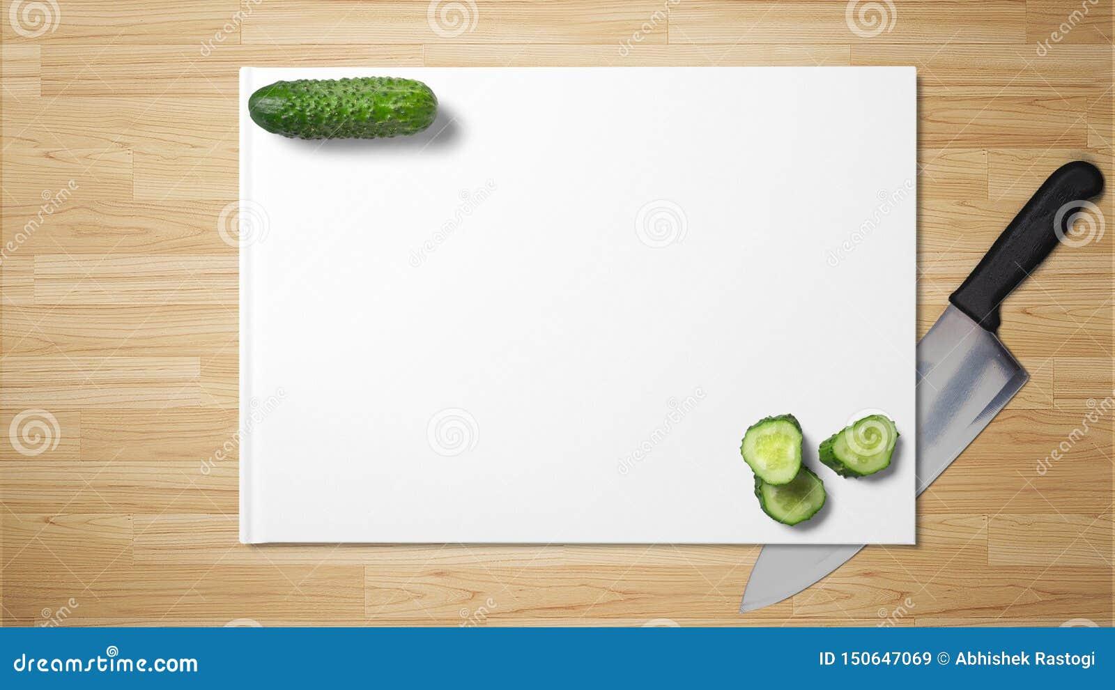 与快刀的切好的黄瓜切片在木背景的白皮书