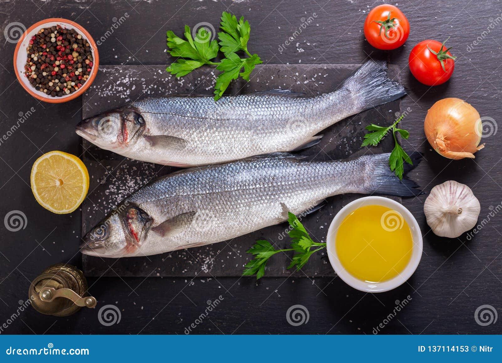 与成份的鲜鱼烹调的,顶视图