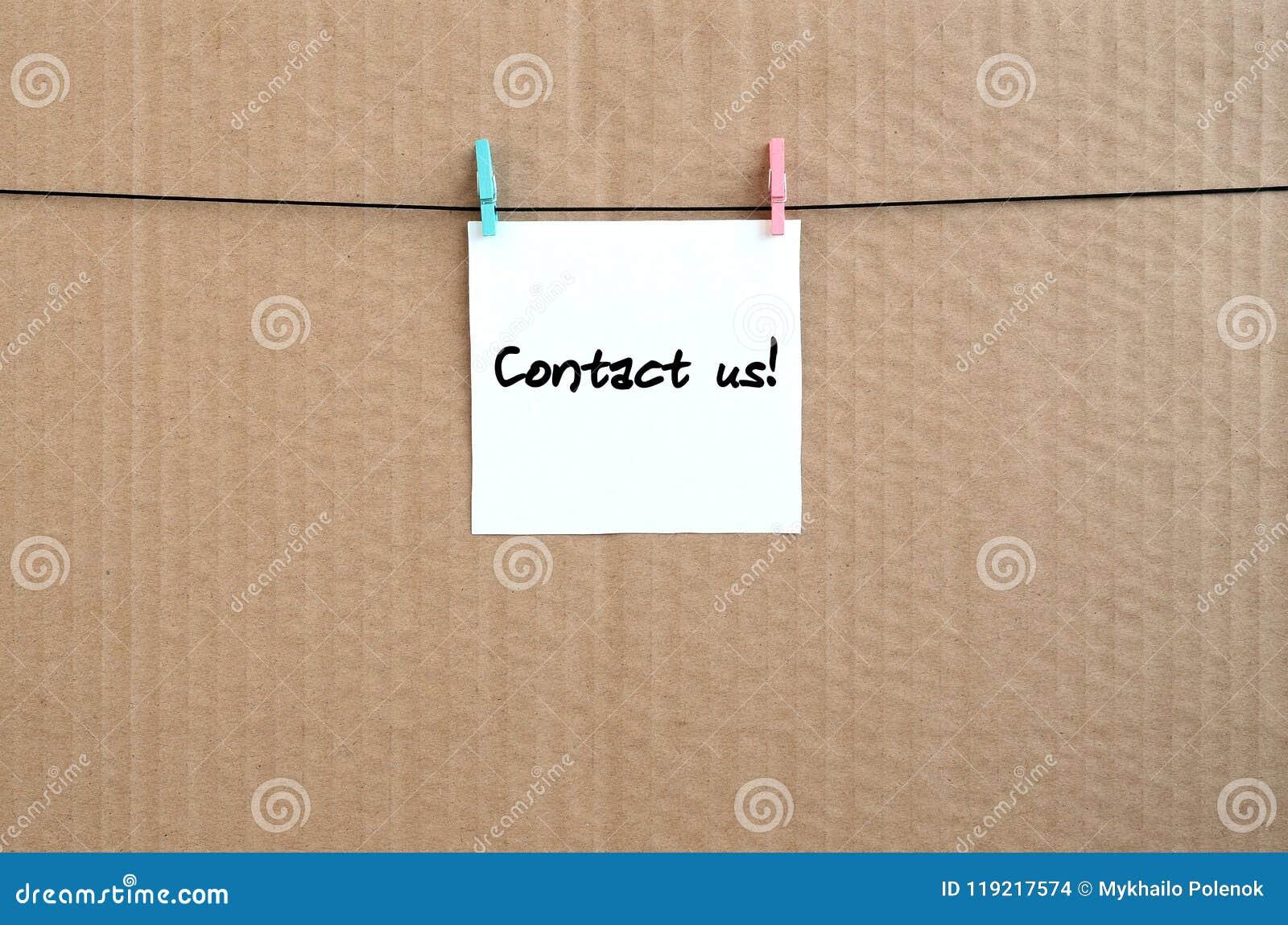 与我们联系!笔记在垂悬与a的一个白色贴纸被写