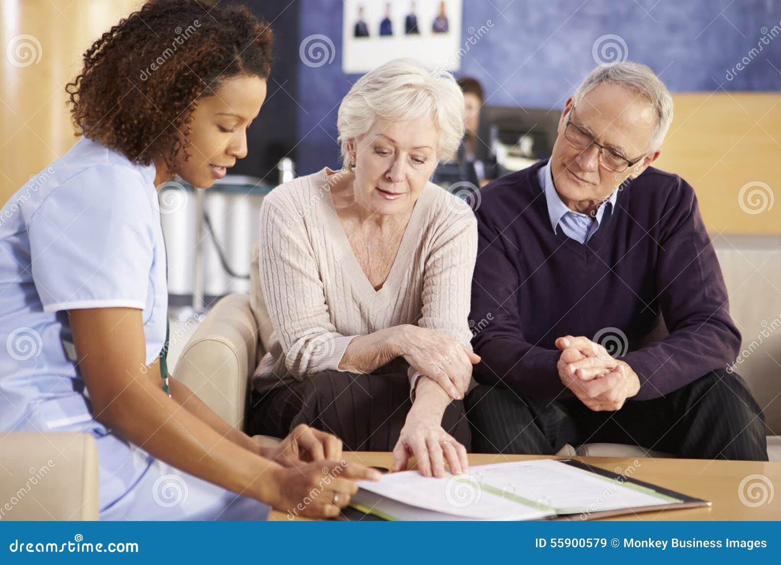 与护士的资深夫妇会谈在医院