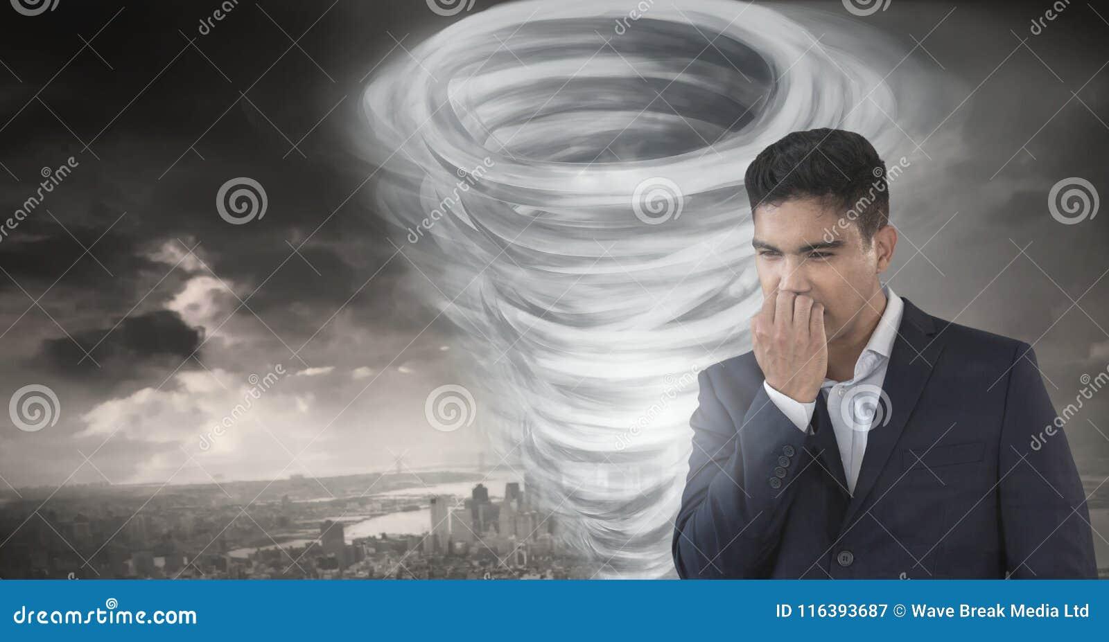 与担心的人的龙卷风扭转者被绘的和黑暗的天空