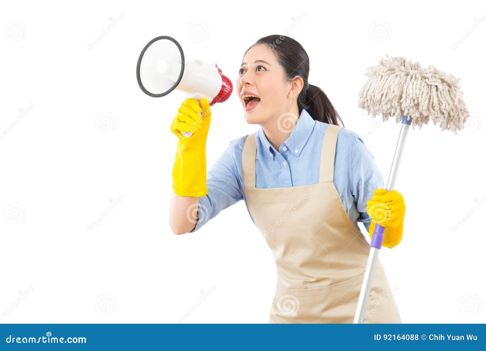 与拖把的清洁女仆洗涤的地板
