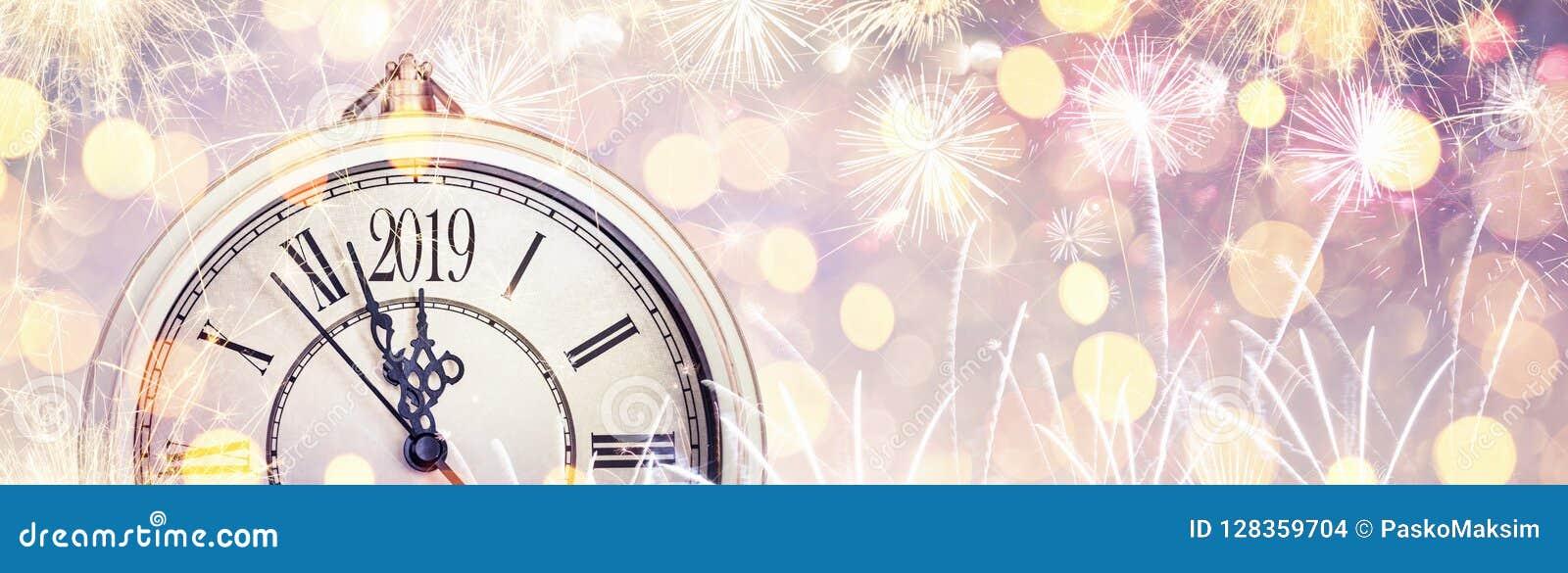 与拨号盘时钟和烟花的新年快乐2019年庆祝