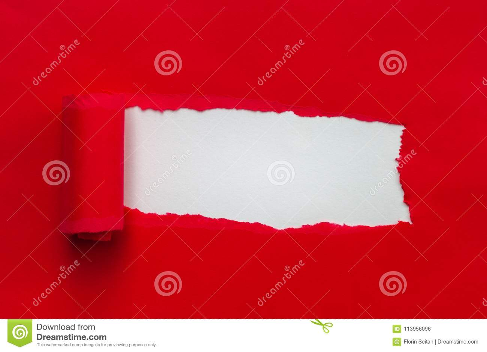 与拷贝空间的充满活力的红色被撕毁的纸
