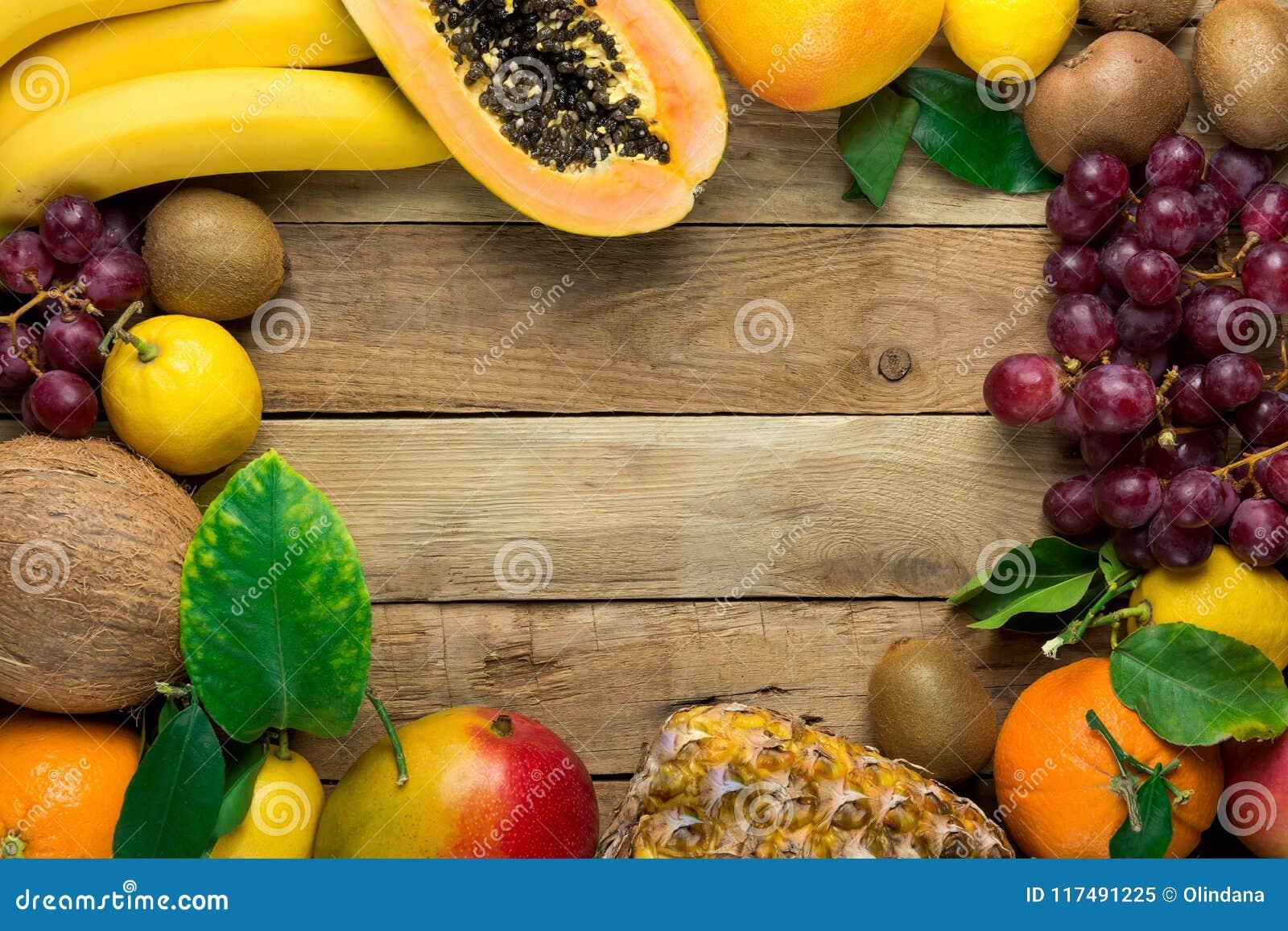 与拷贝空间的框架从新鲜热带和夏天结果实菠萝番木瓜芒果椰子桔子猕猴桃香蕉柠檬葡萄柚