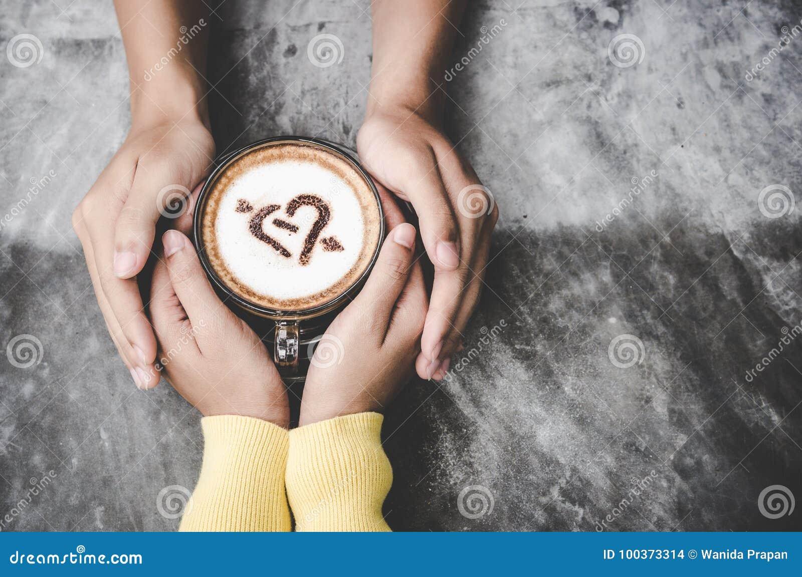 与拷贝空间的顶视图 在握充满咖啡爱在桌上,葡萄酒口气的爱的夫妇手