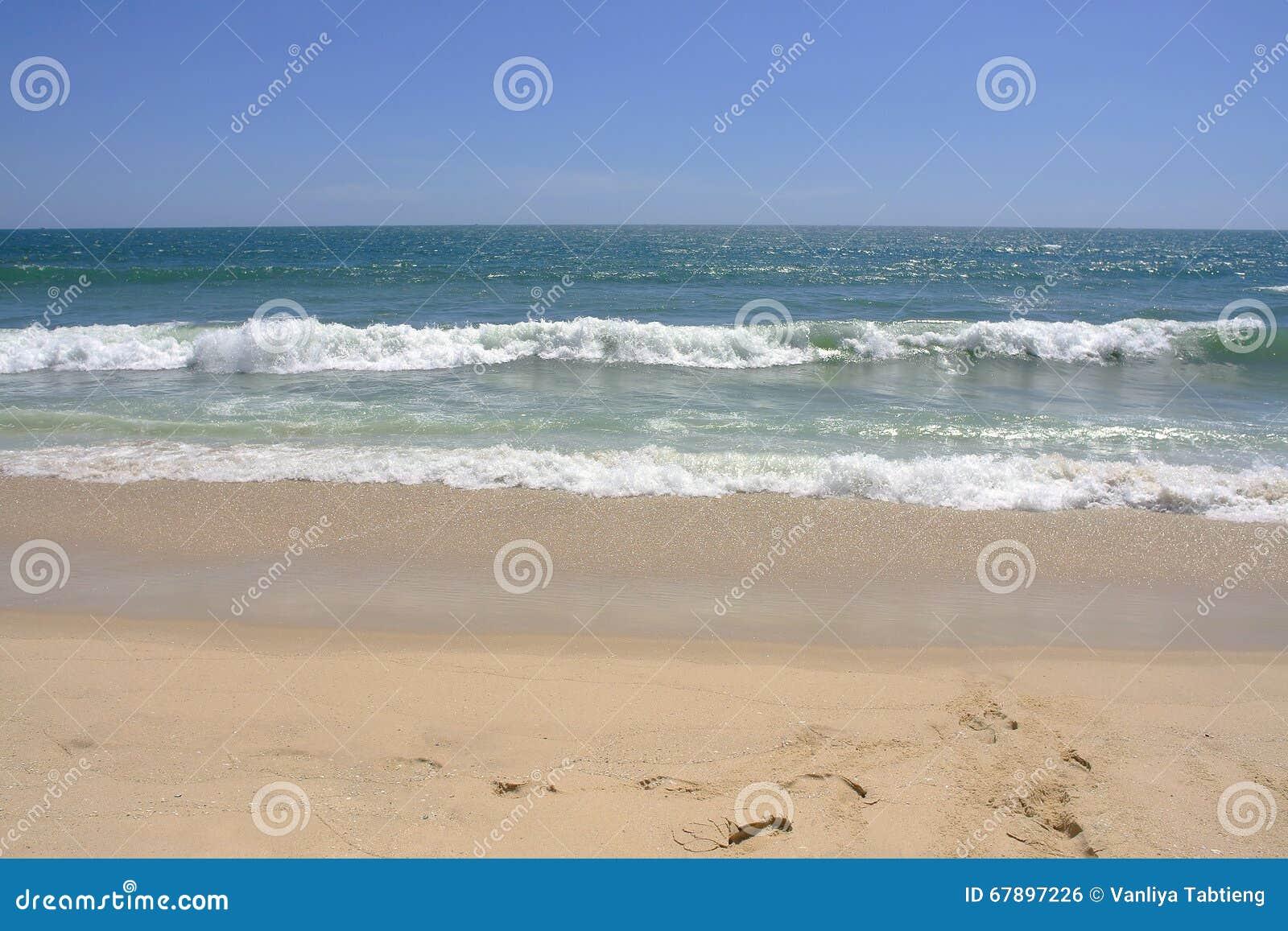 与拷贝空间的空的海和沙滩背景